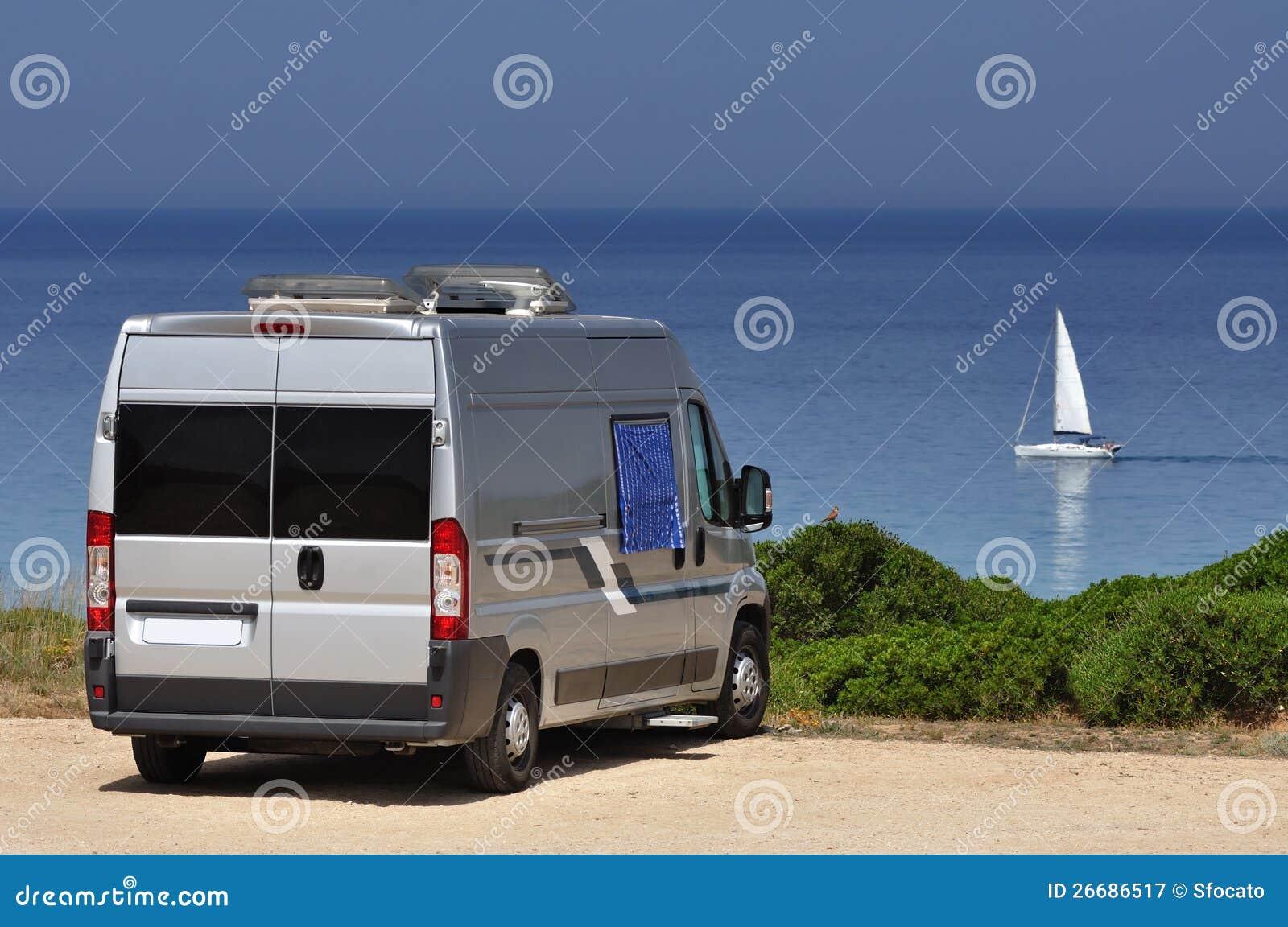 Фургон туриста на пляже