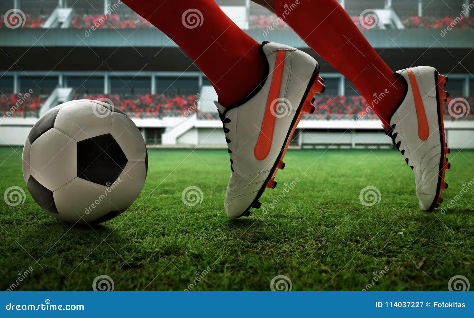 Футболист бежать на поле