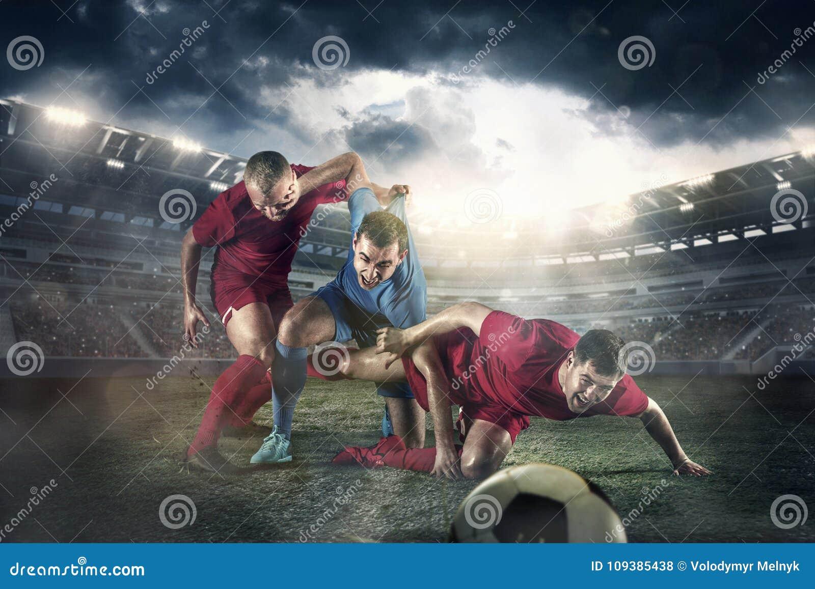 Футболист в движении на поле стадиона