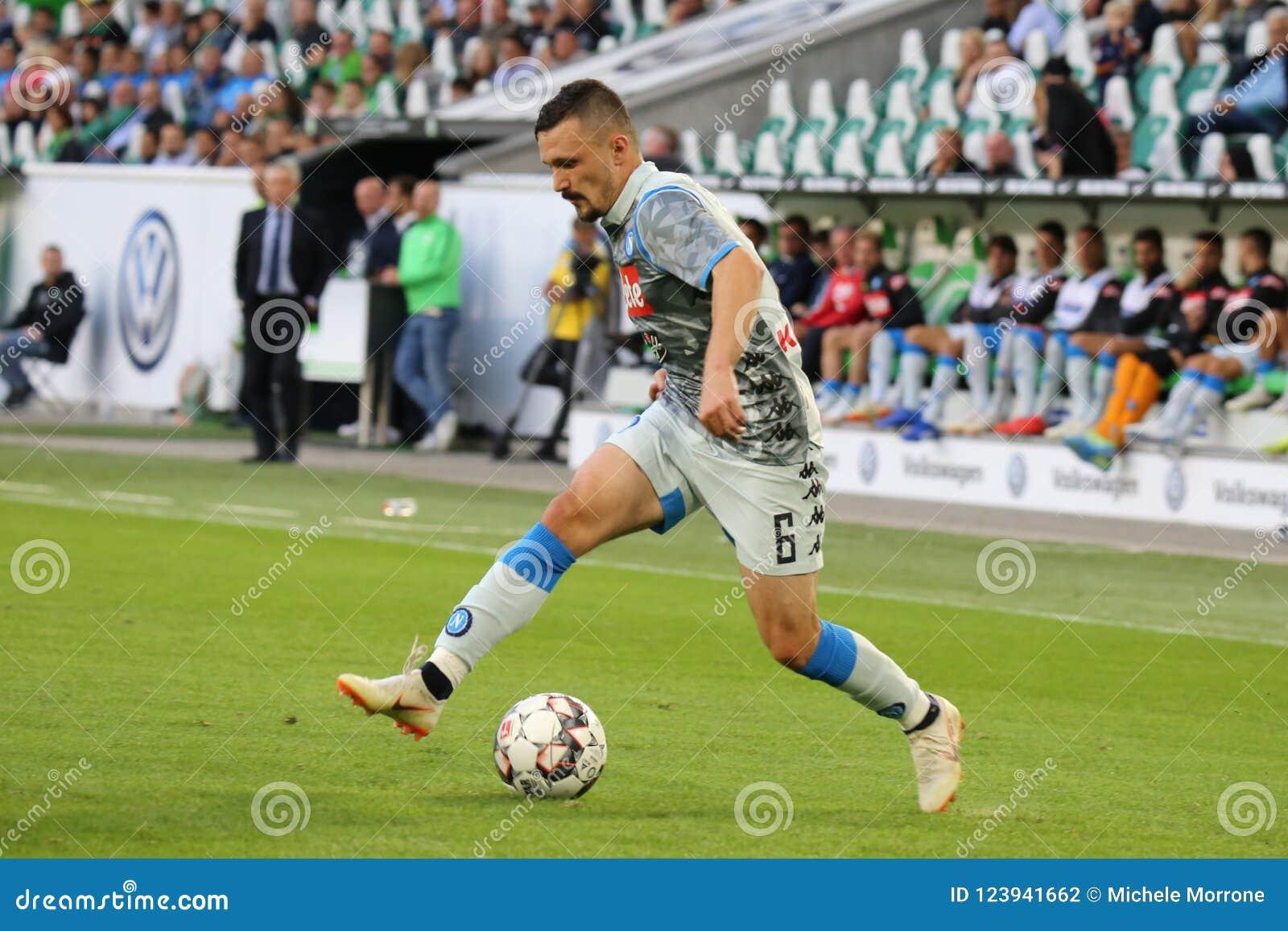 Футболист Марио Rui в действии во время футбольного матча