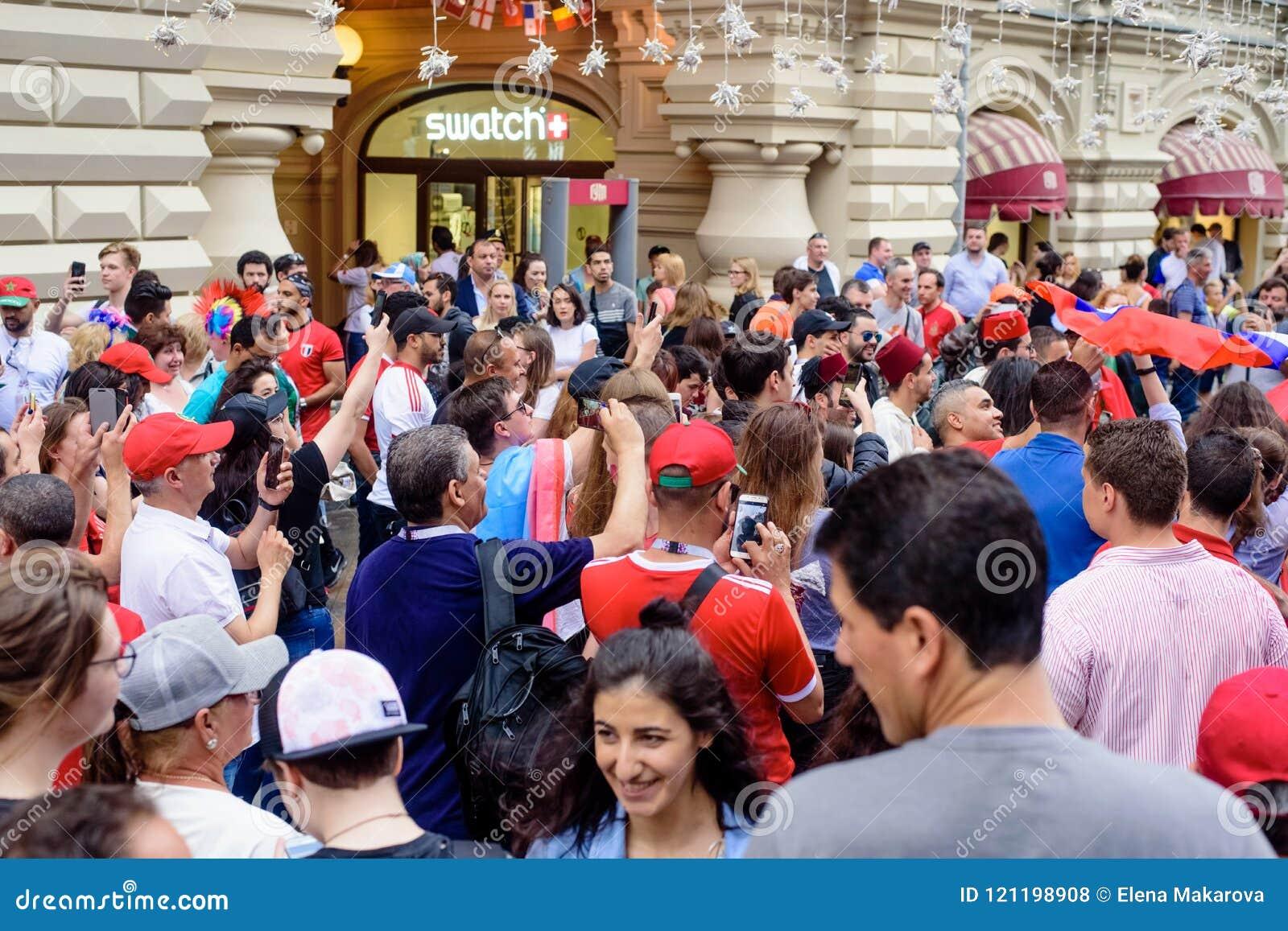 Футбольные болельщики на главной улице дуют Nikolskaya