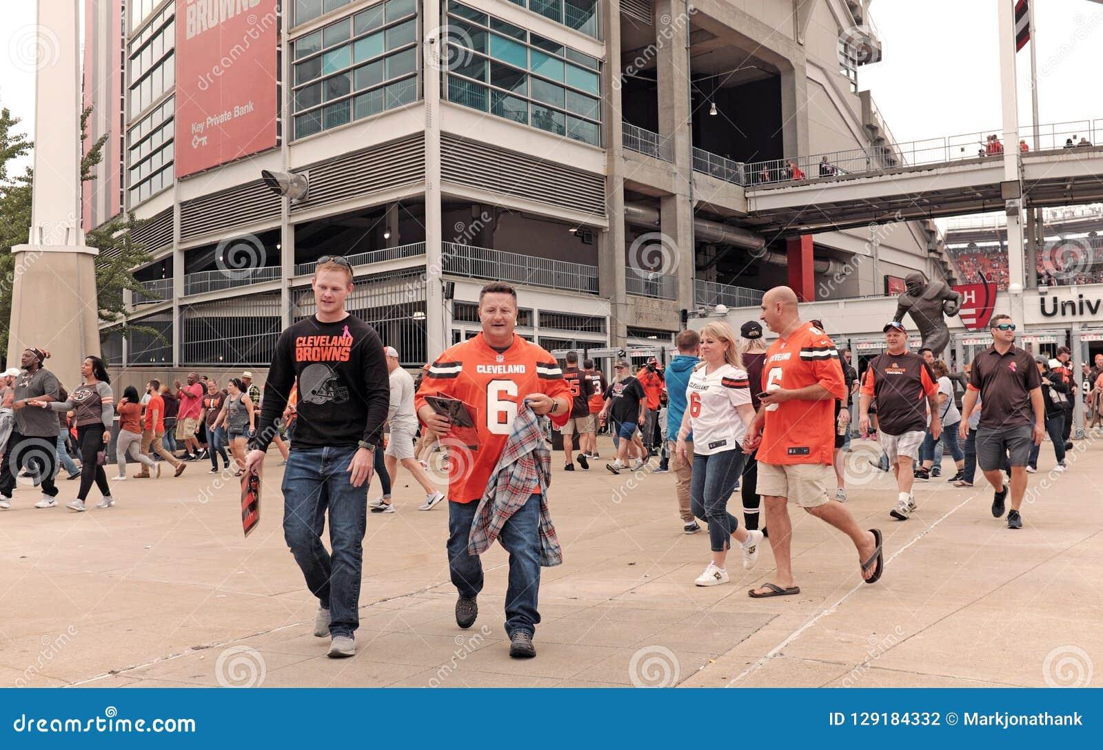 Футбольные болельщики Cleveland Browns выходят стадион FirstEnergy после выигрыша