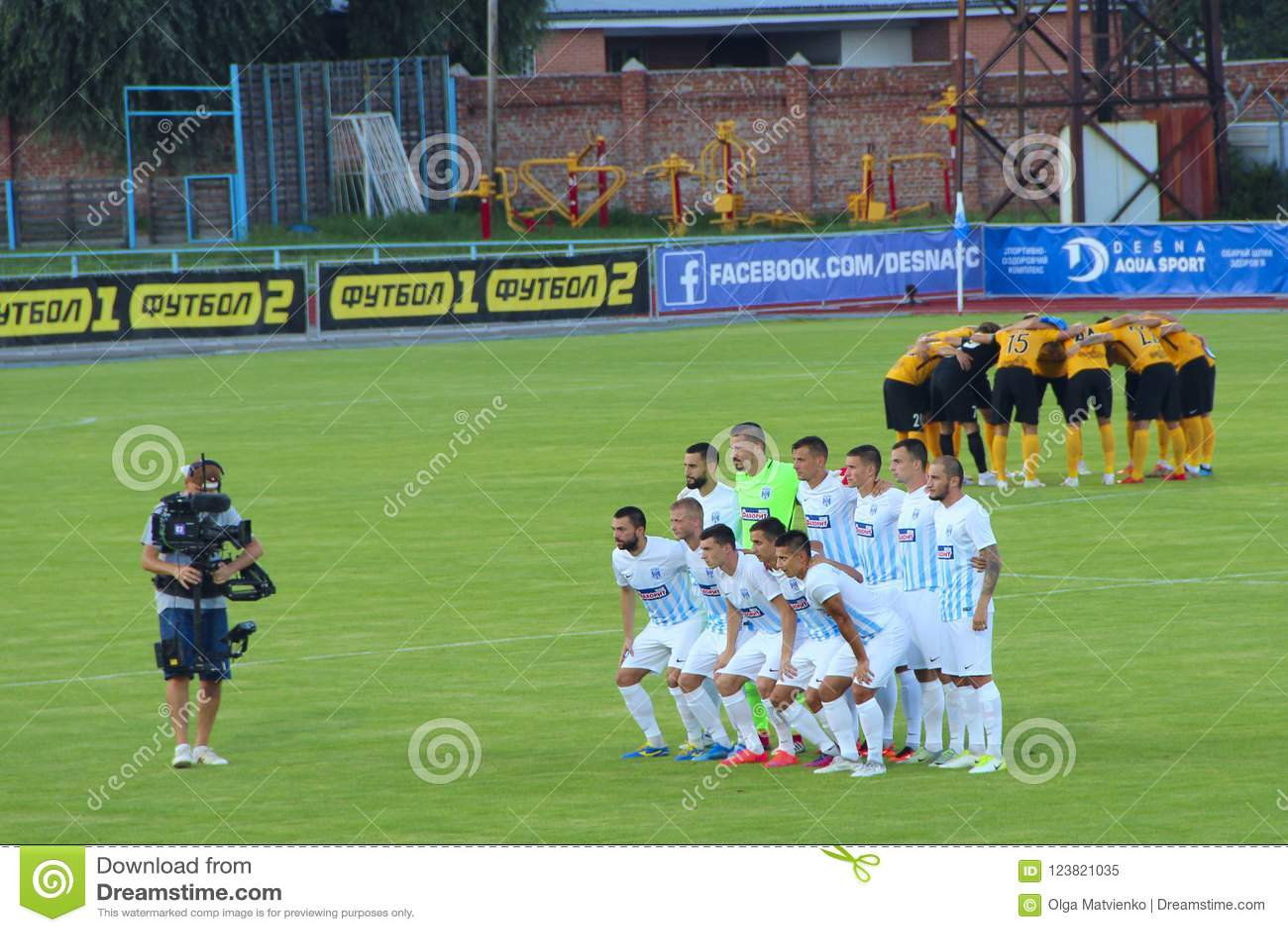 Футбольные команды Desna Chernigiv и Александрия сфотографированные полностью отряды перед спичкой