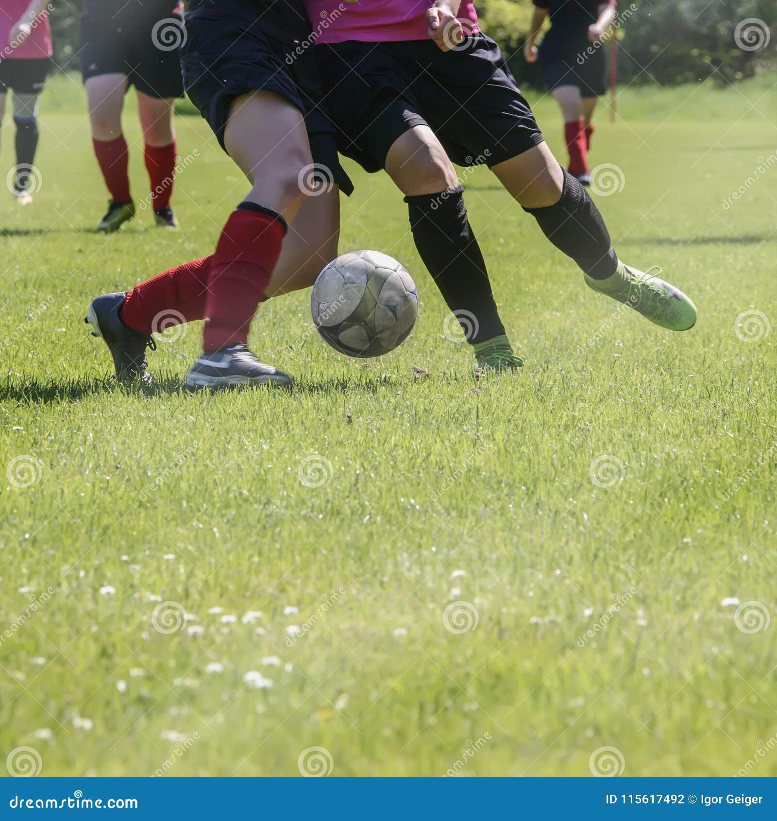 Футбольный матч спортивных команд ` s женщин на зеленом футбольном поле