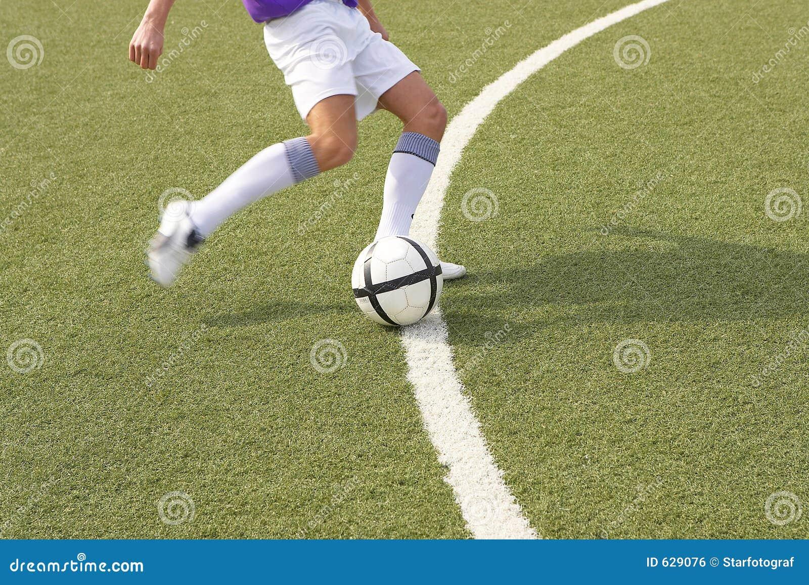 Download футбол стоковое фото. изображение насчитывающей футбол - 629076