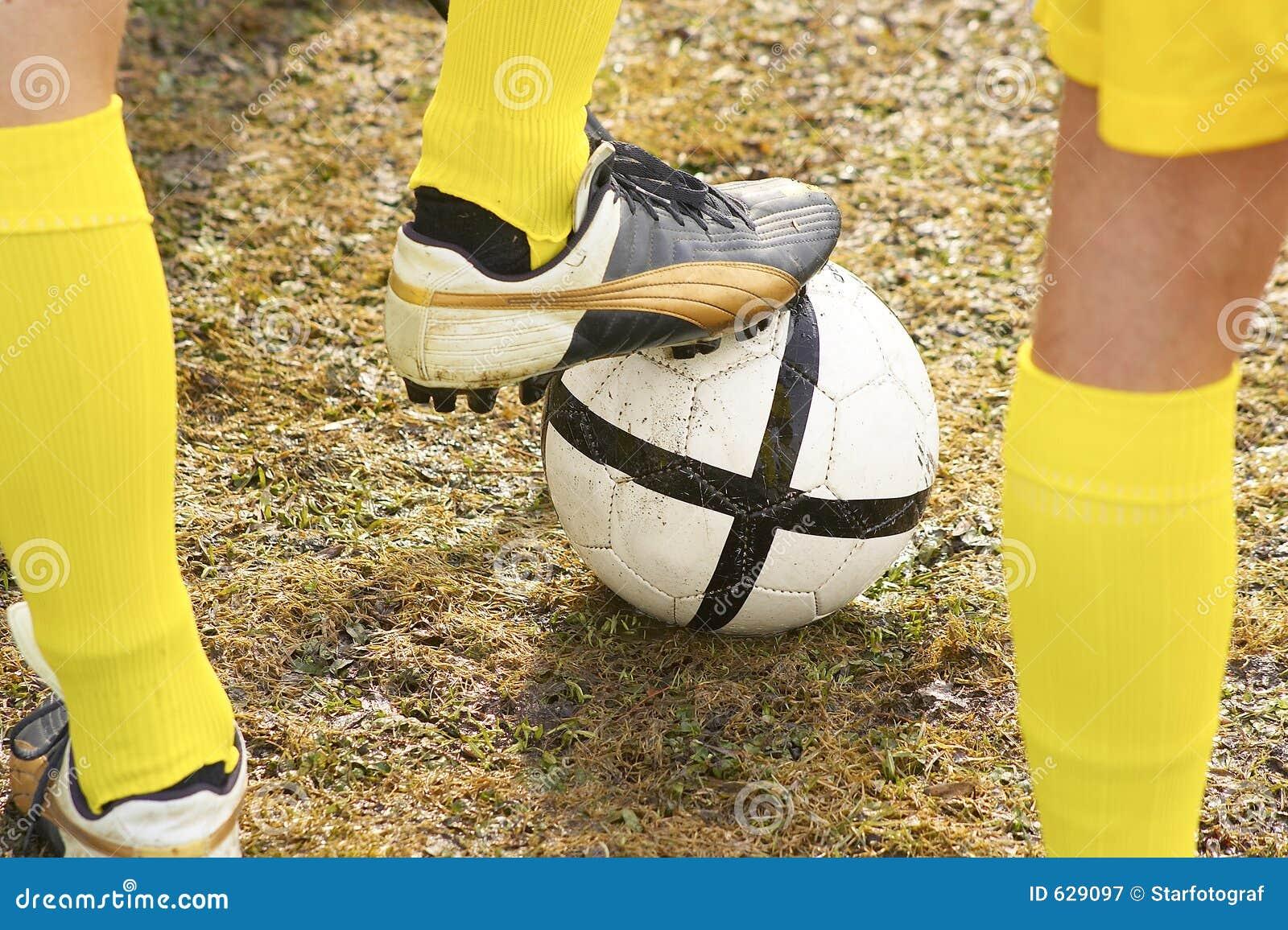Download футбол стоковое изображение. изображение насчитывающей пинать - 629097