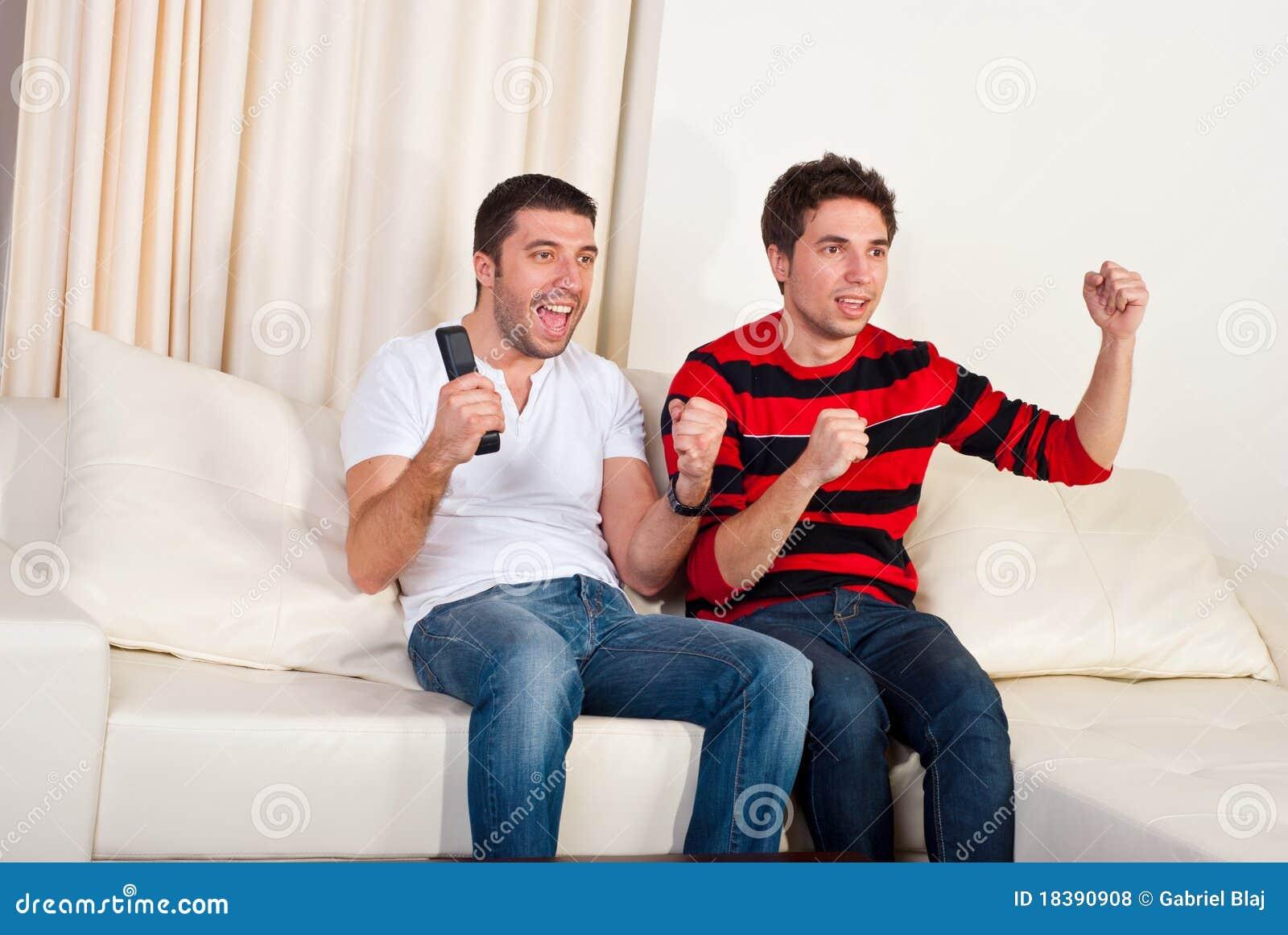 футбол tv 2 людей наблюдая