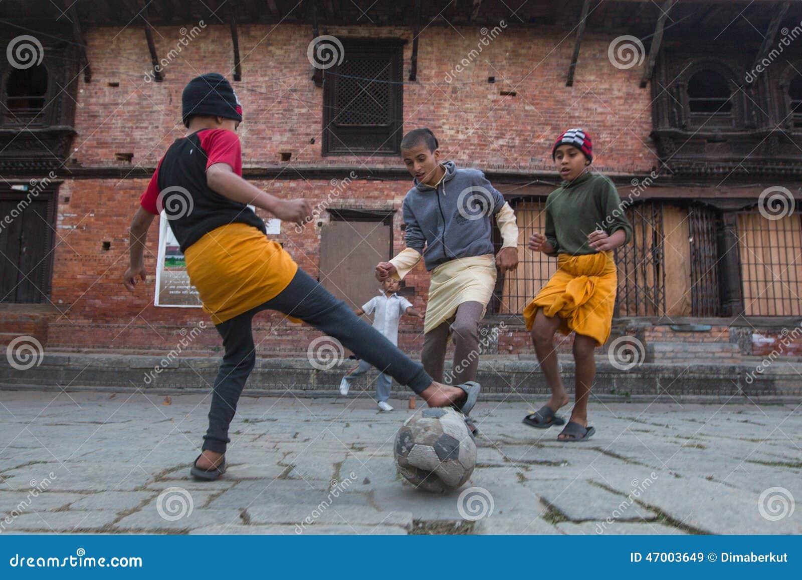 Футбол игры детей после урока на школе Jagadguru