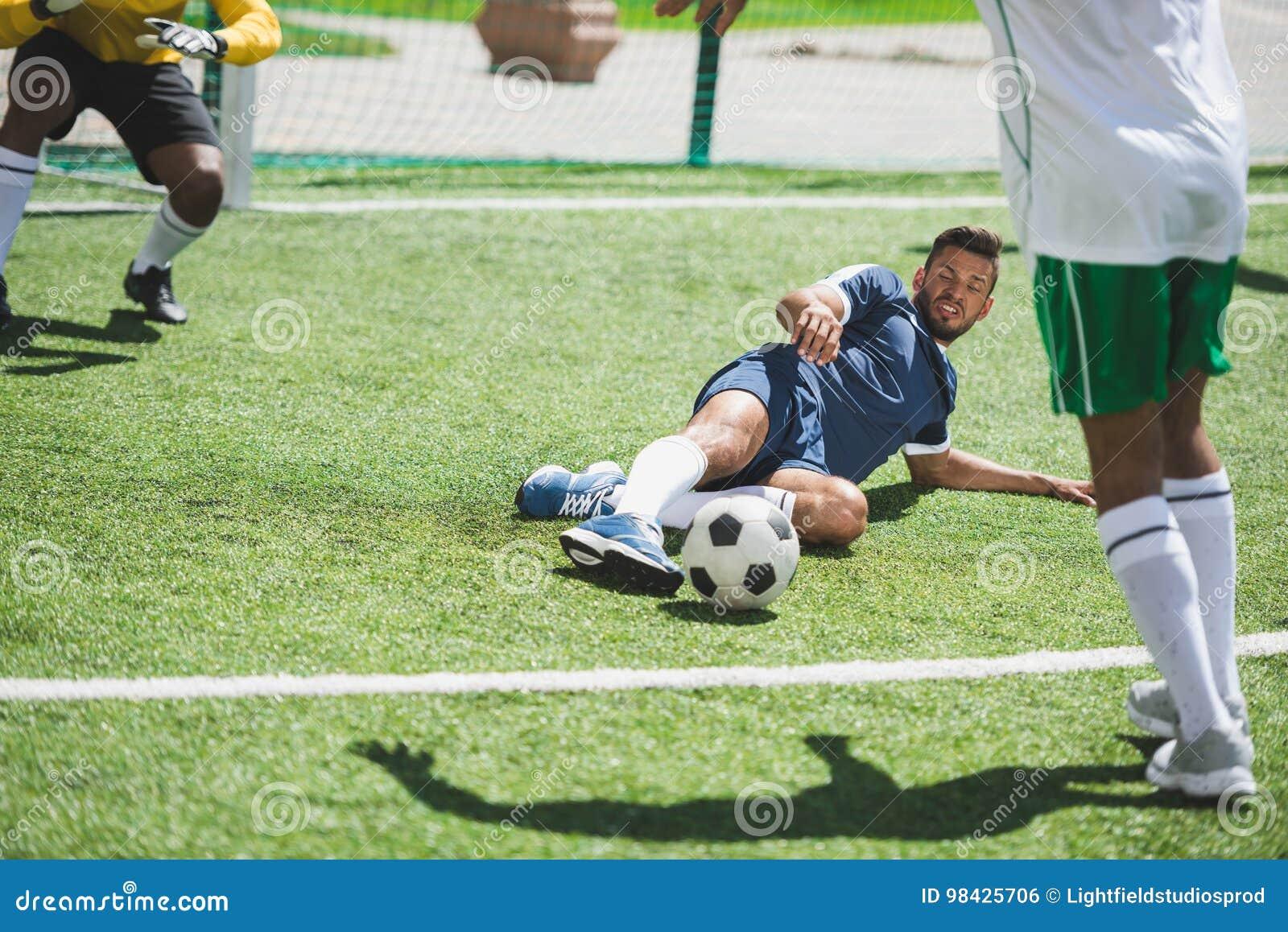 Футболисты во время футбольного матча на тангаже