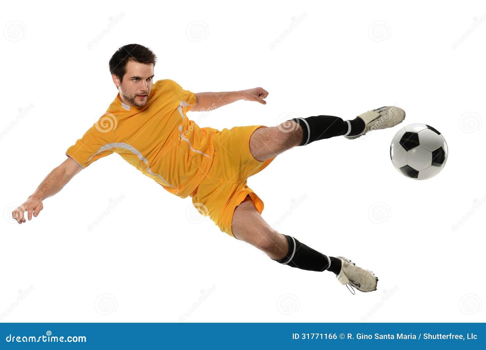 Футболист пиная шарик