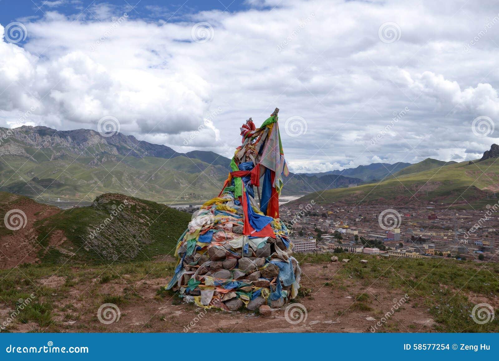 Флаги молитве тибетцев и моля камни (mani)
