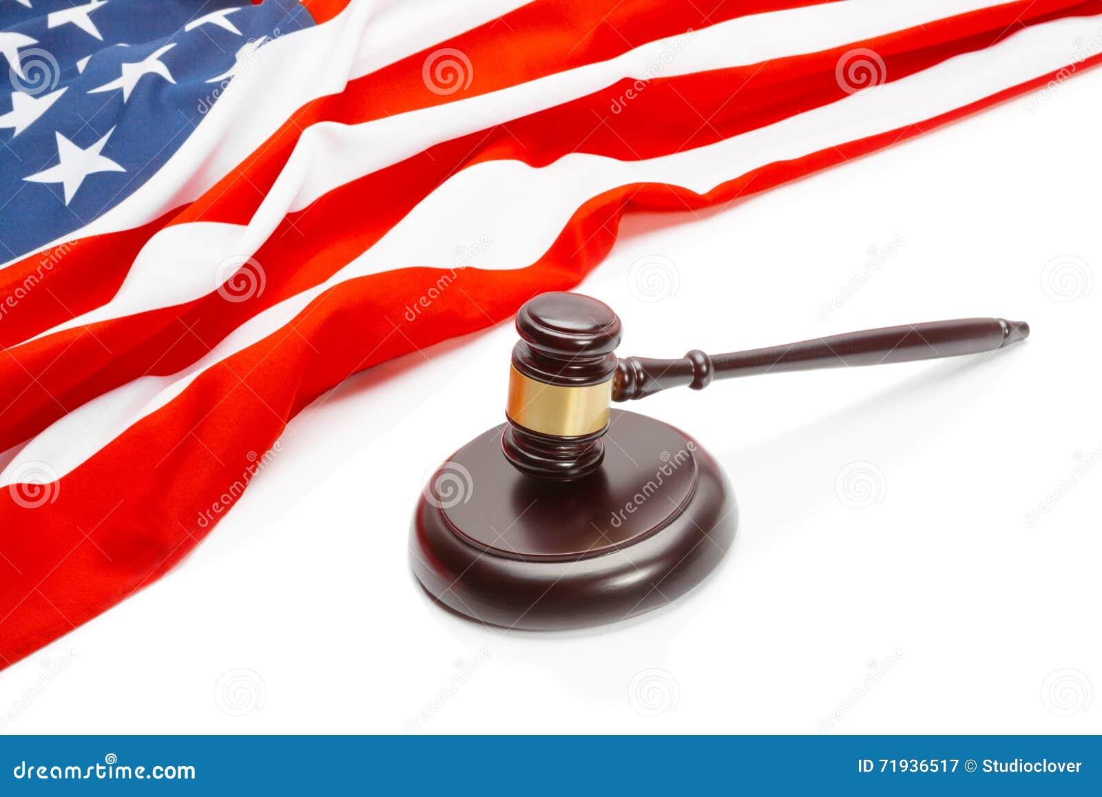 Флаг деревянного молотка судьи близко положений Unites Америки - всхода крупного плана