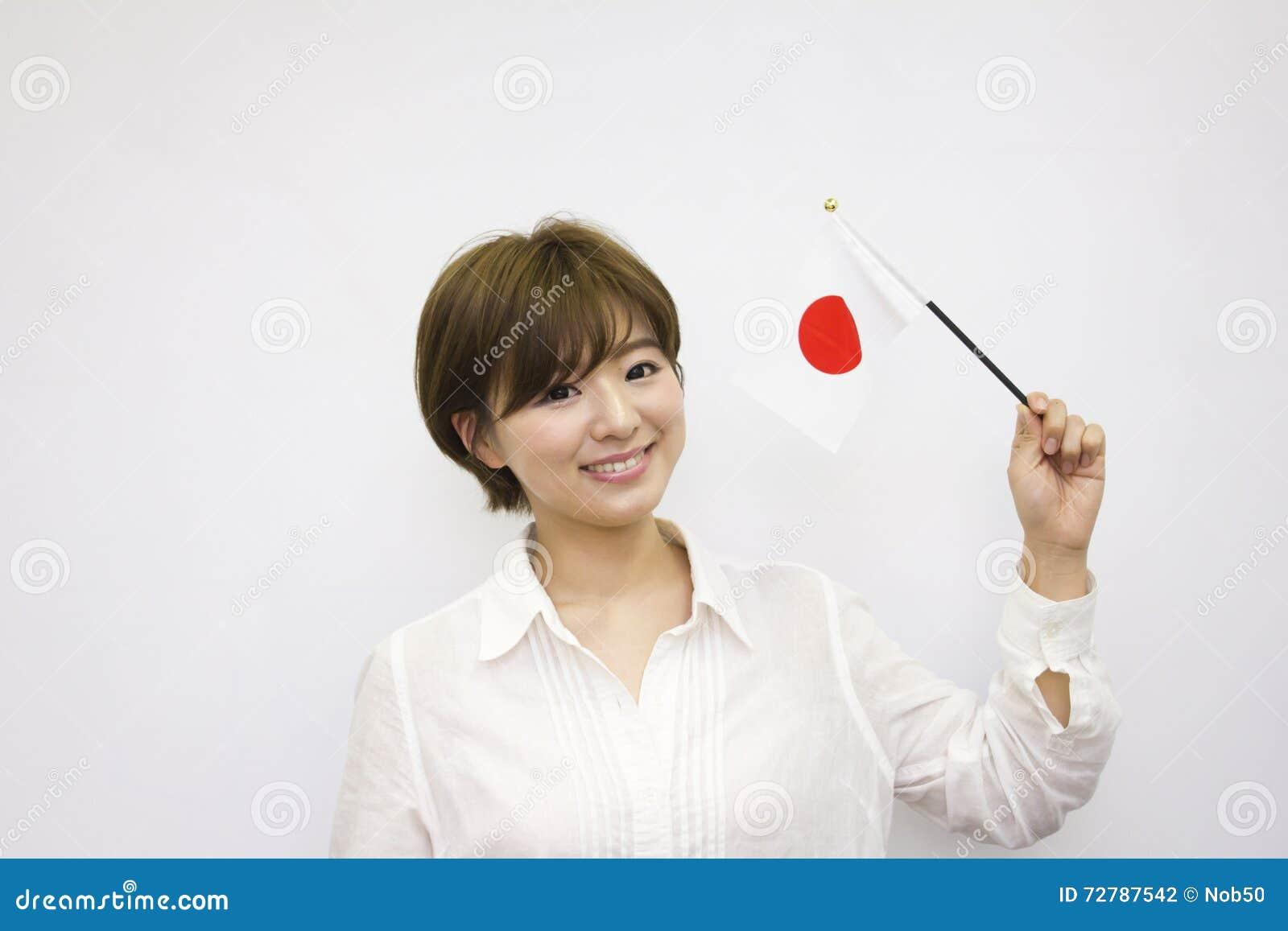 флаг держа японскую женщину молодым