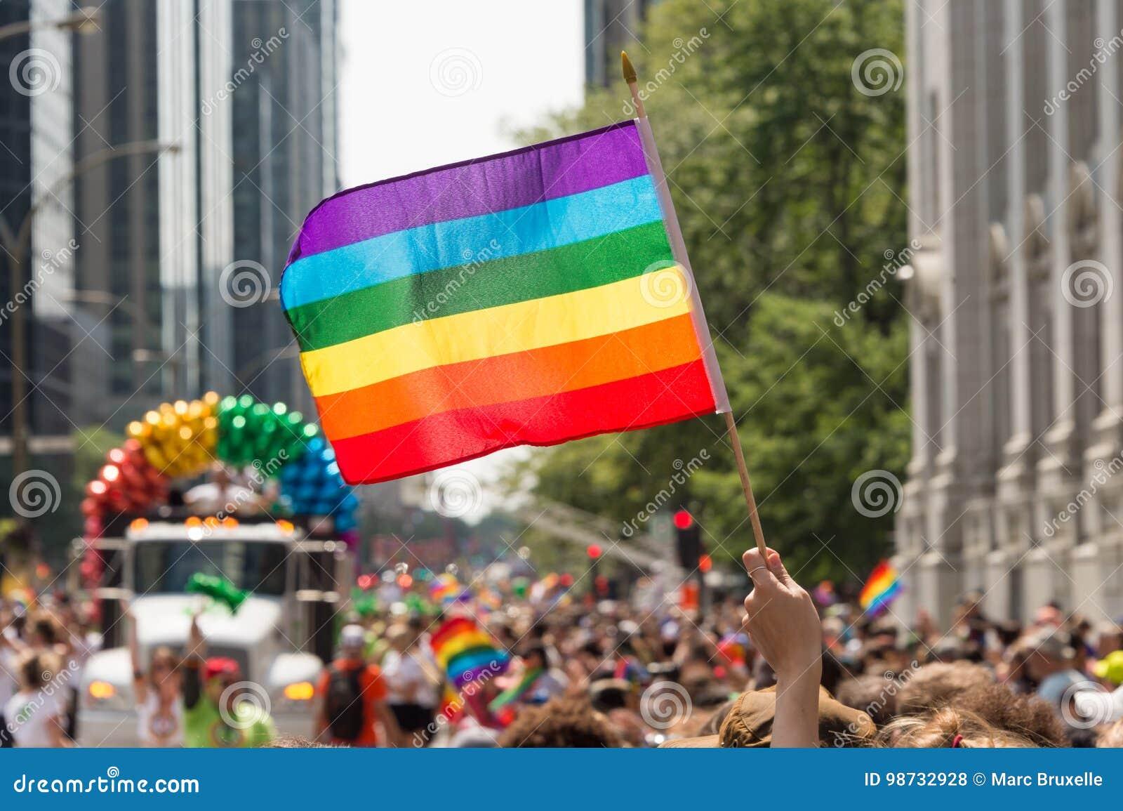 Флаг радуги гомосексуалиста на параде гей-парада Монреаля