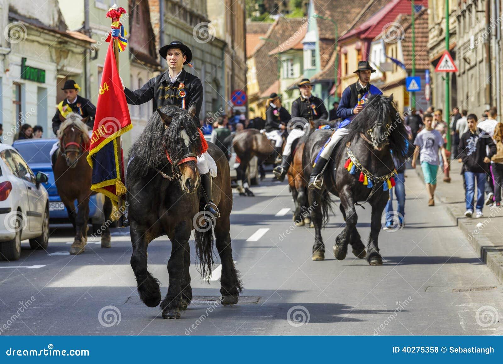 Флаг удерживания наездника во время парада Brasov Juni