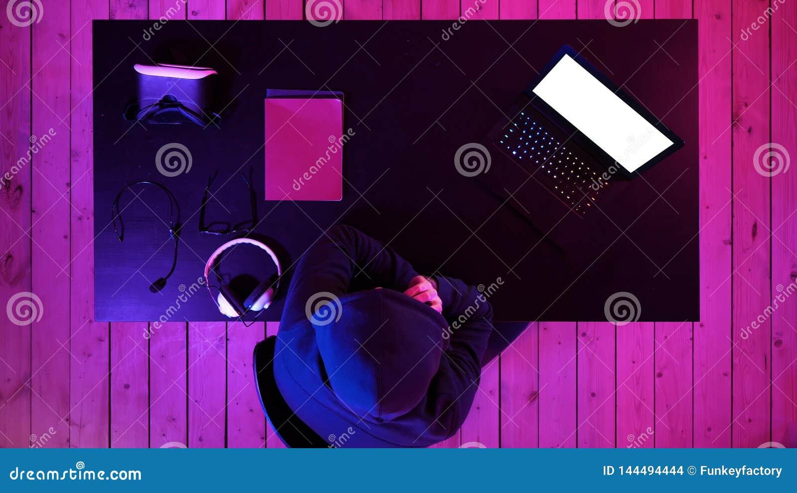 Хакер используя мобильный смартфон вызывая для жертвы и крадя персональную информацию через данные scamming