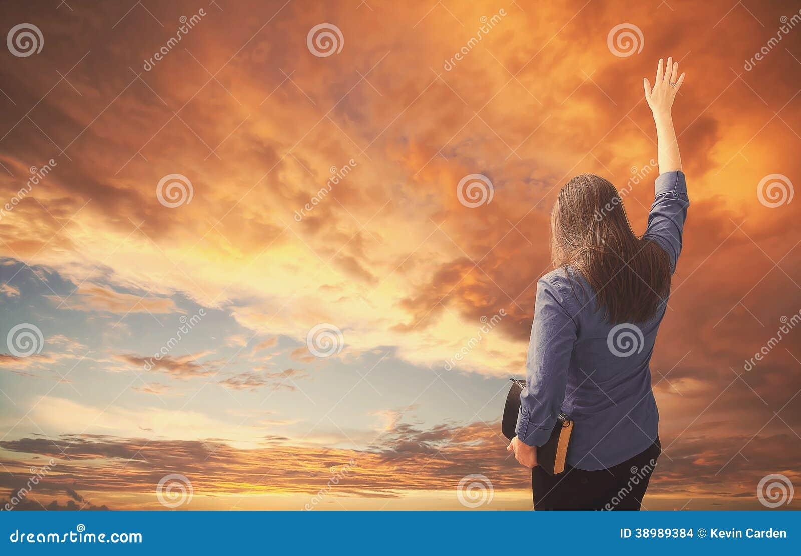 Хваления женщины во время захода солнца