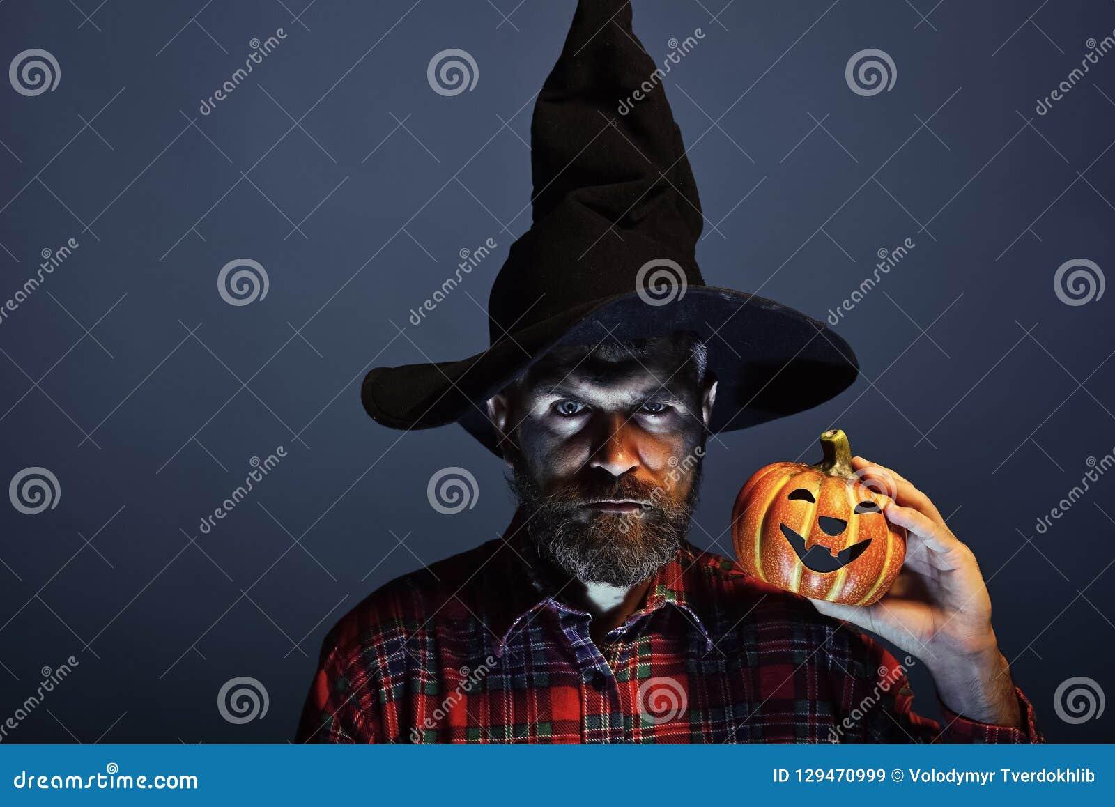 Хипстер волшебника хеллоуина с бородой и поднять фонарик домкратом o