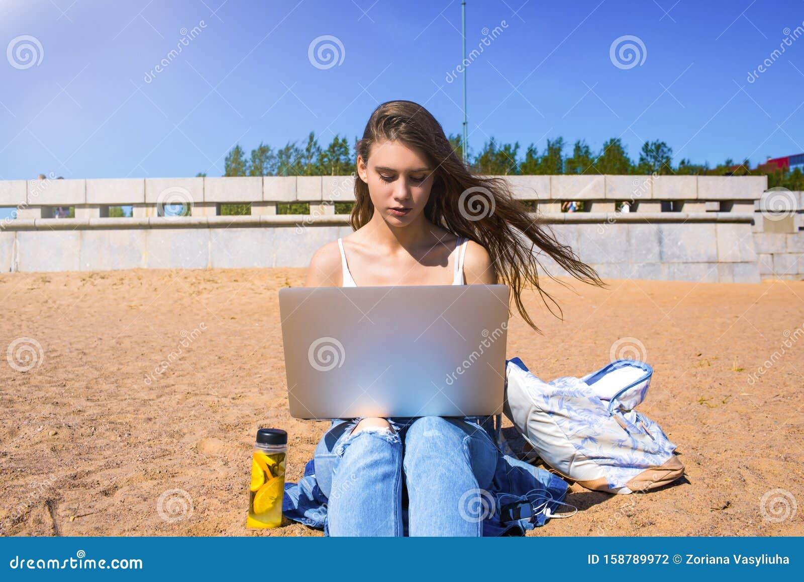 девушки на работе и на улице