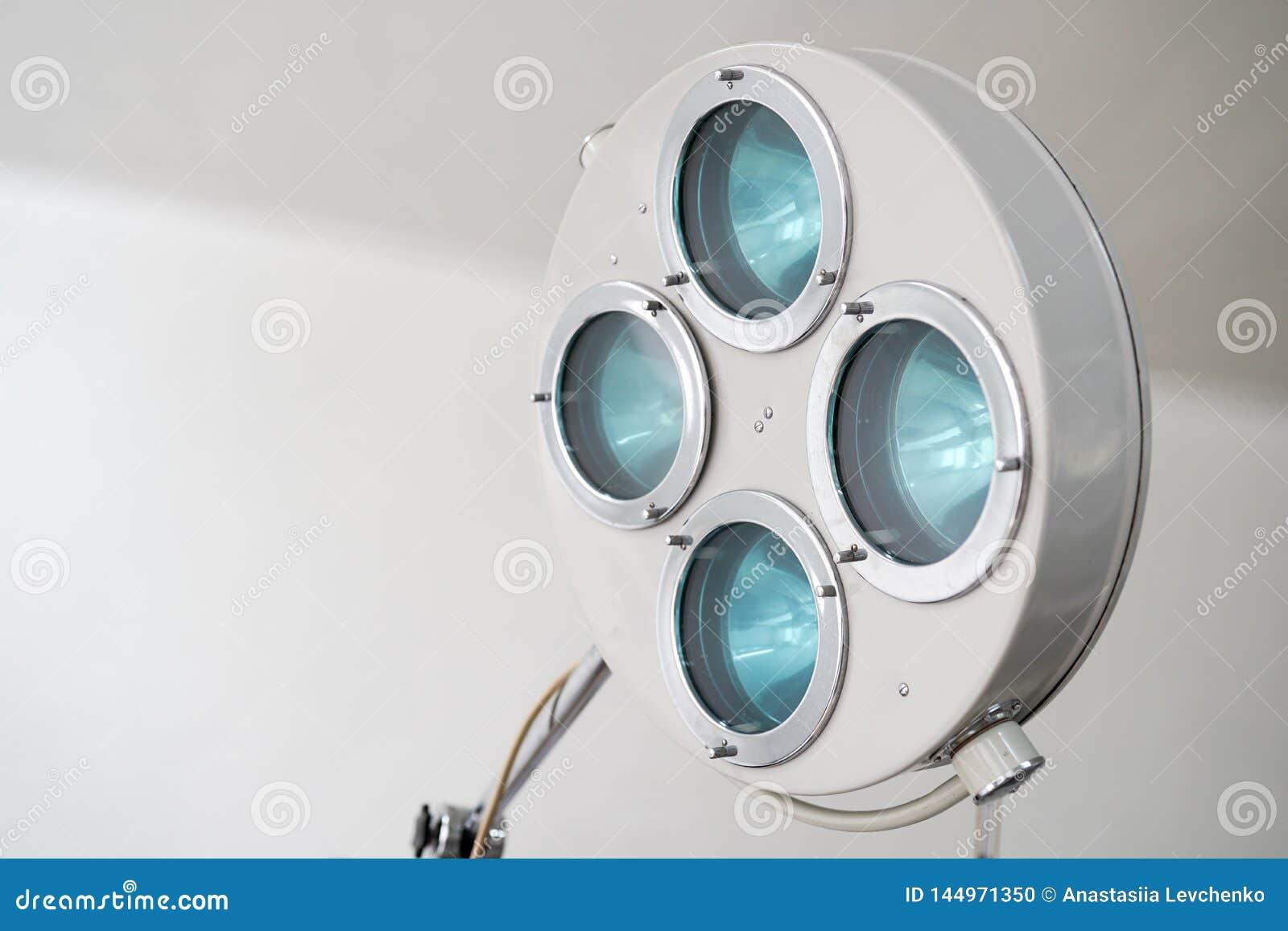 Хирургические лампа и медицинские службы в операционной (