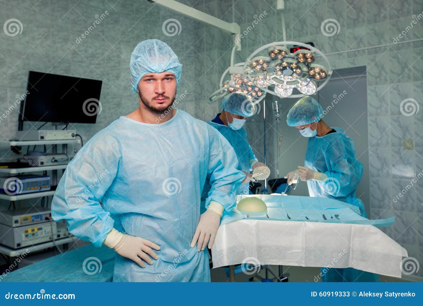Хирург команды на работе в работая комнате вилочка