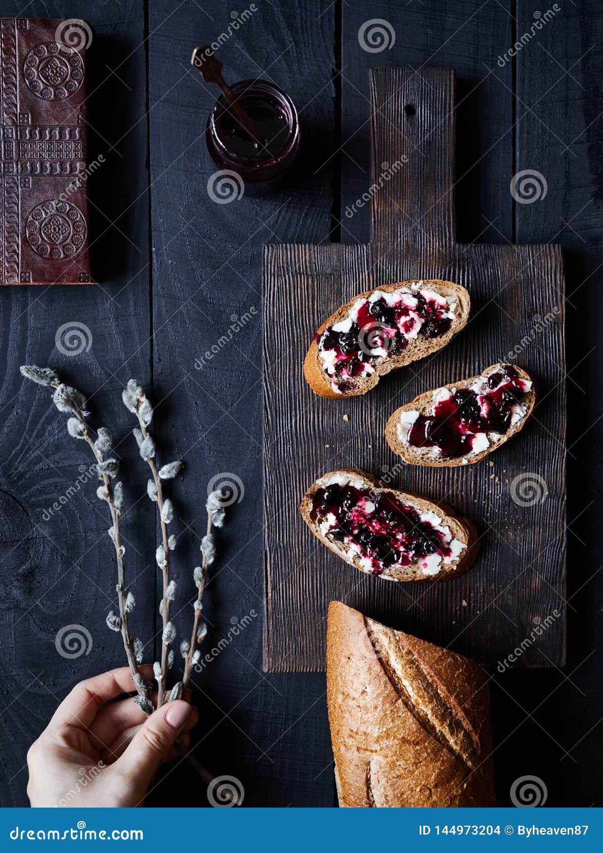 Хлеб со студнем масла и ежевики