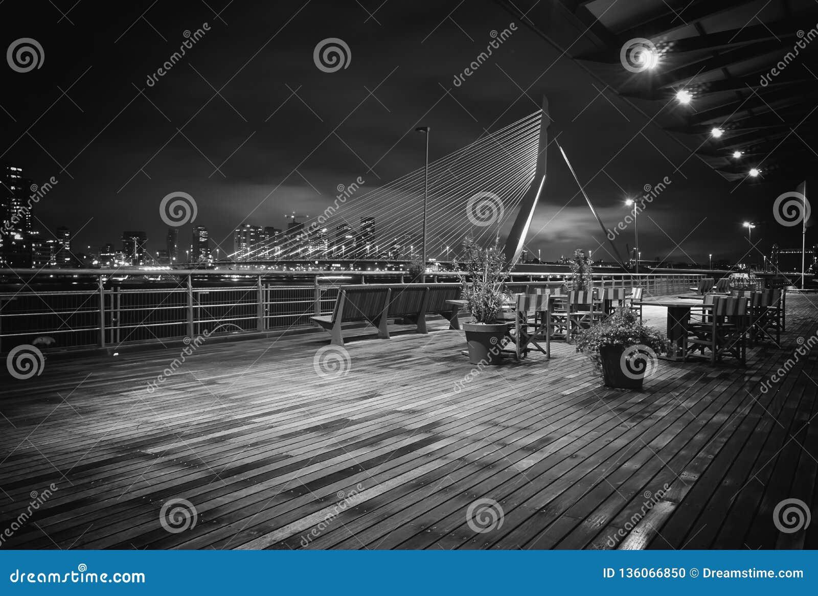 Хлев Роттердама фотографии ночи моста Erasmus старый
