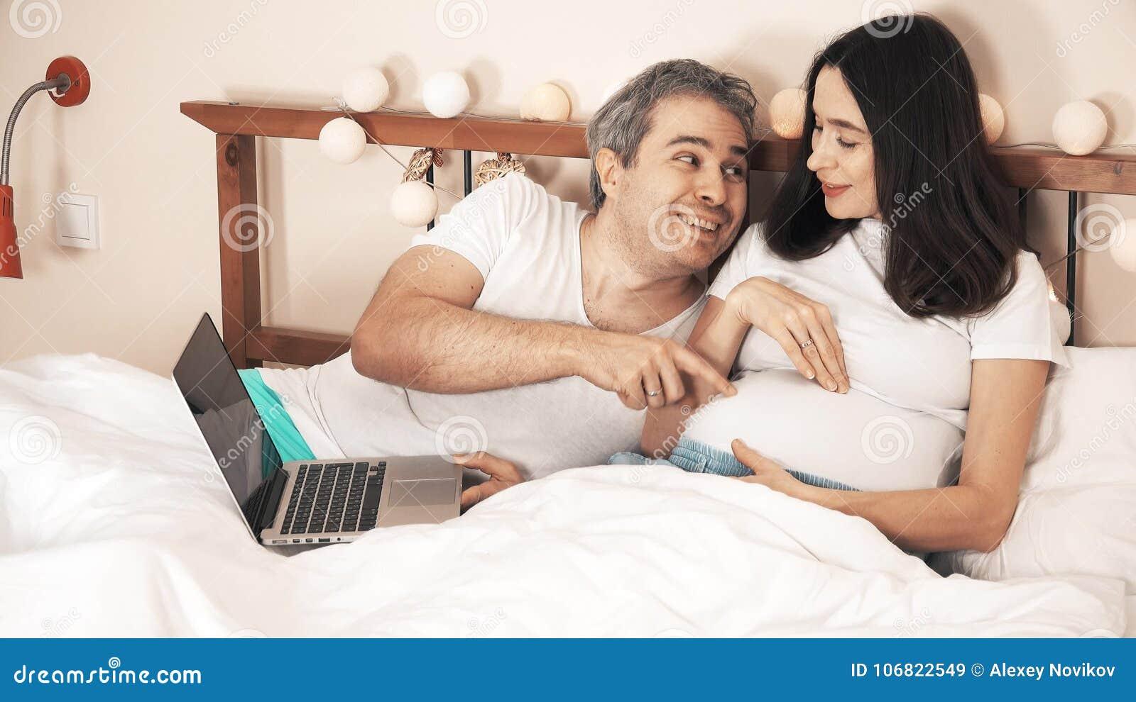 foto-suprugov-v-krovati
