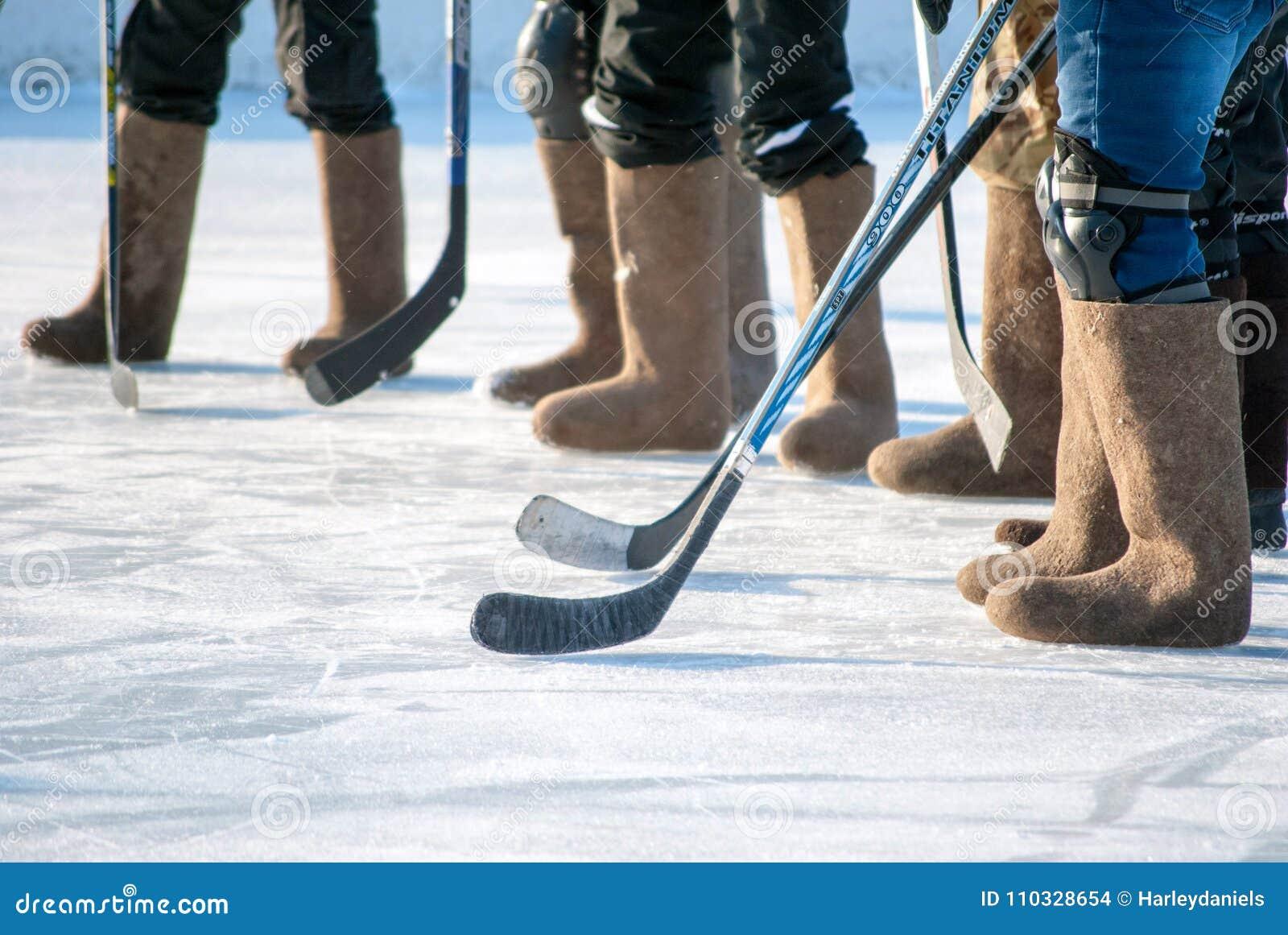 Хоккей на льде в ботинках войлока, горизонтальная съемка ног команды спорта