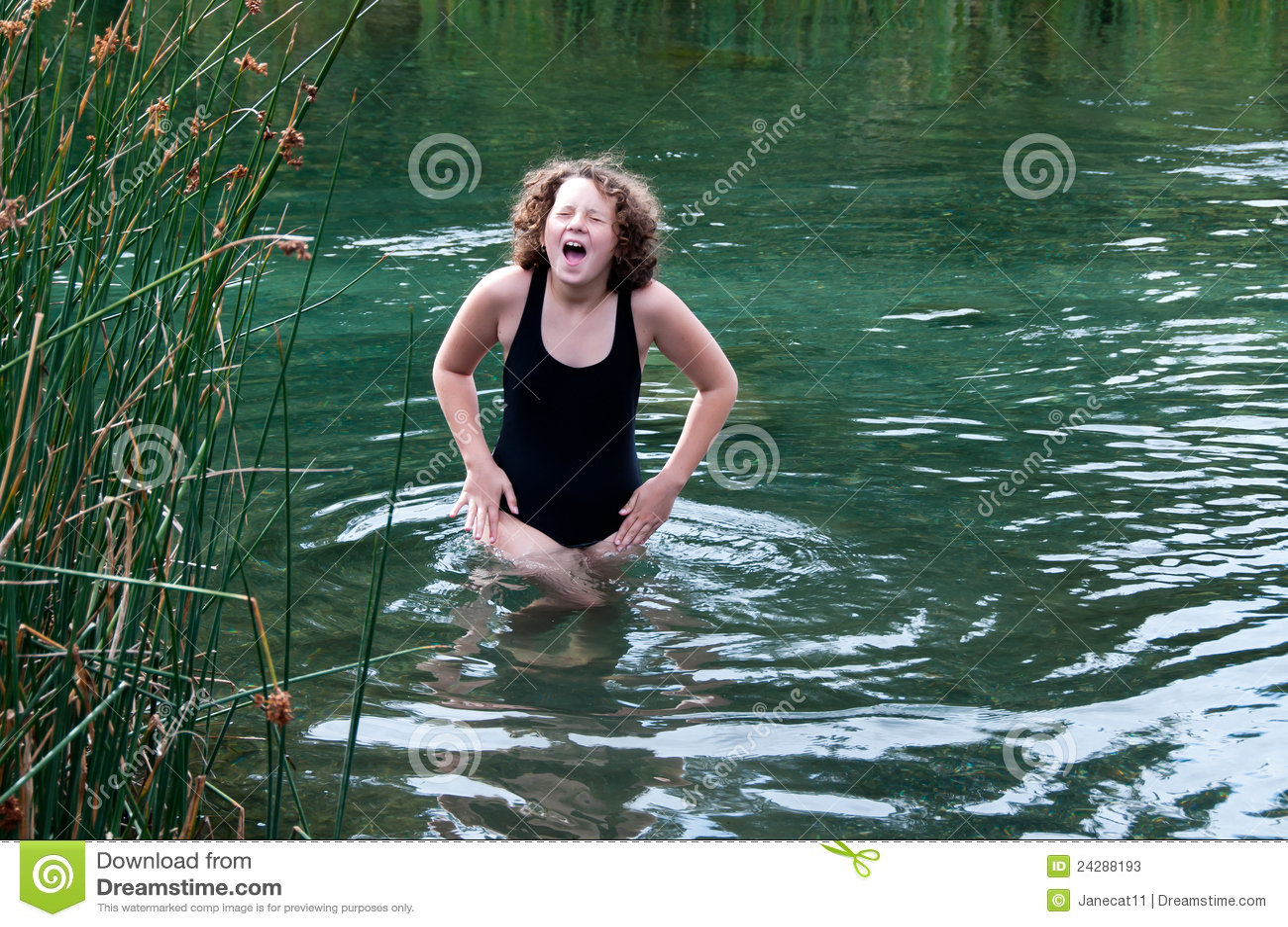 devushka-poplavala-v-reke-i-poshla-pereodevatsya-video-vitrahali-vo-vse-tri-dirki