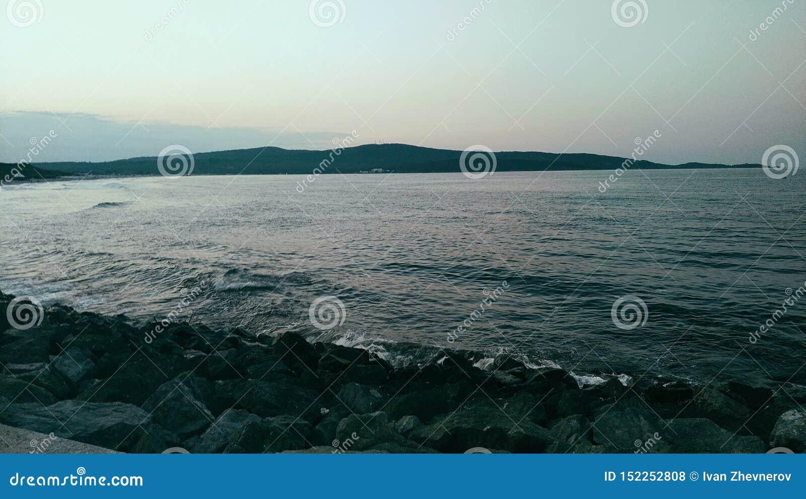 Холодный вечер на диком пляже