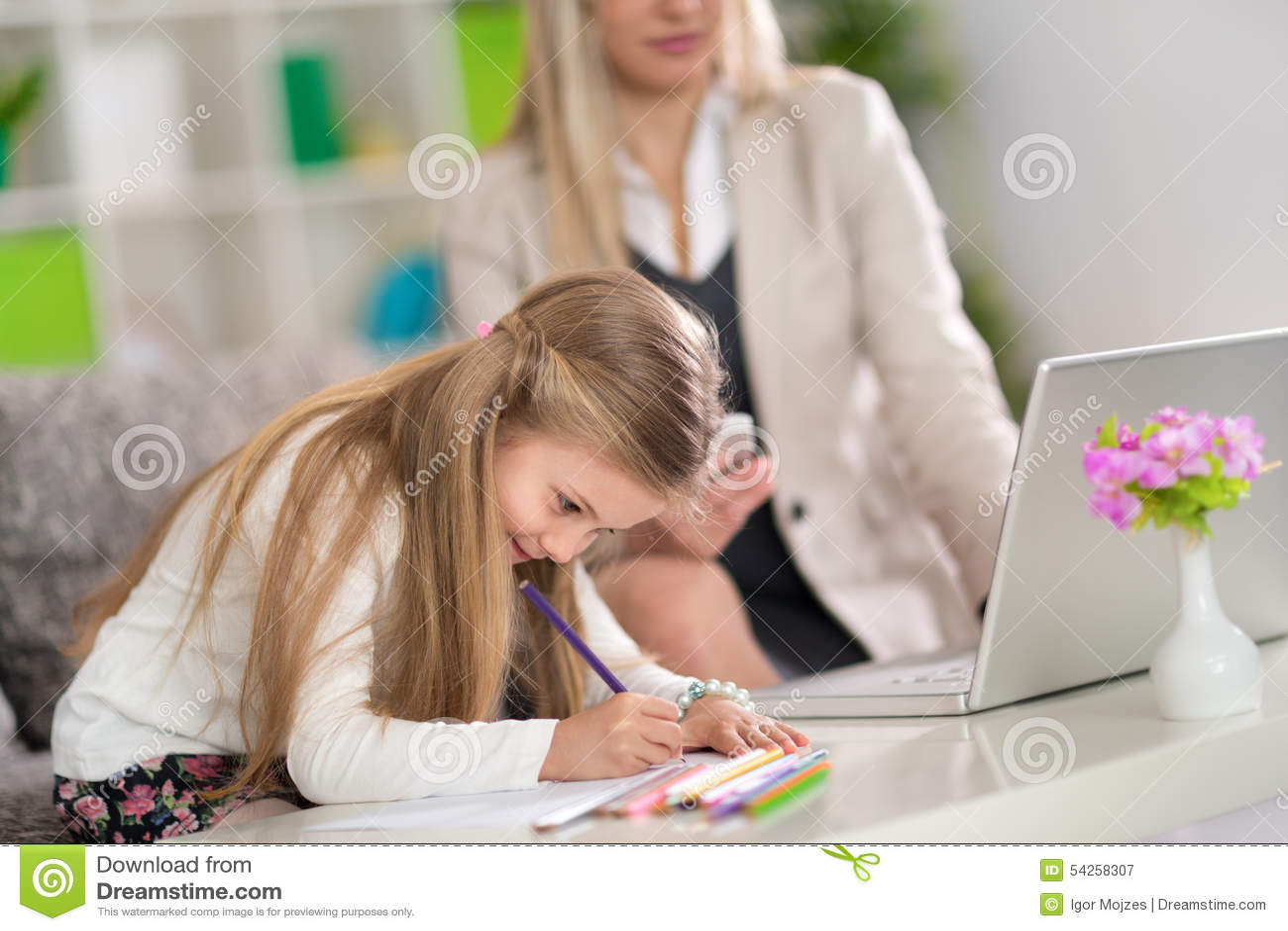 Игра девушка на работе почему не берут на работу молодых девушек