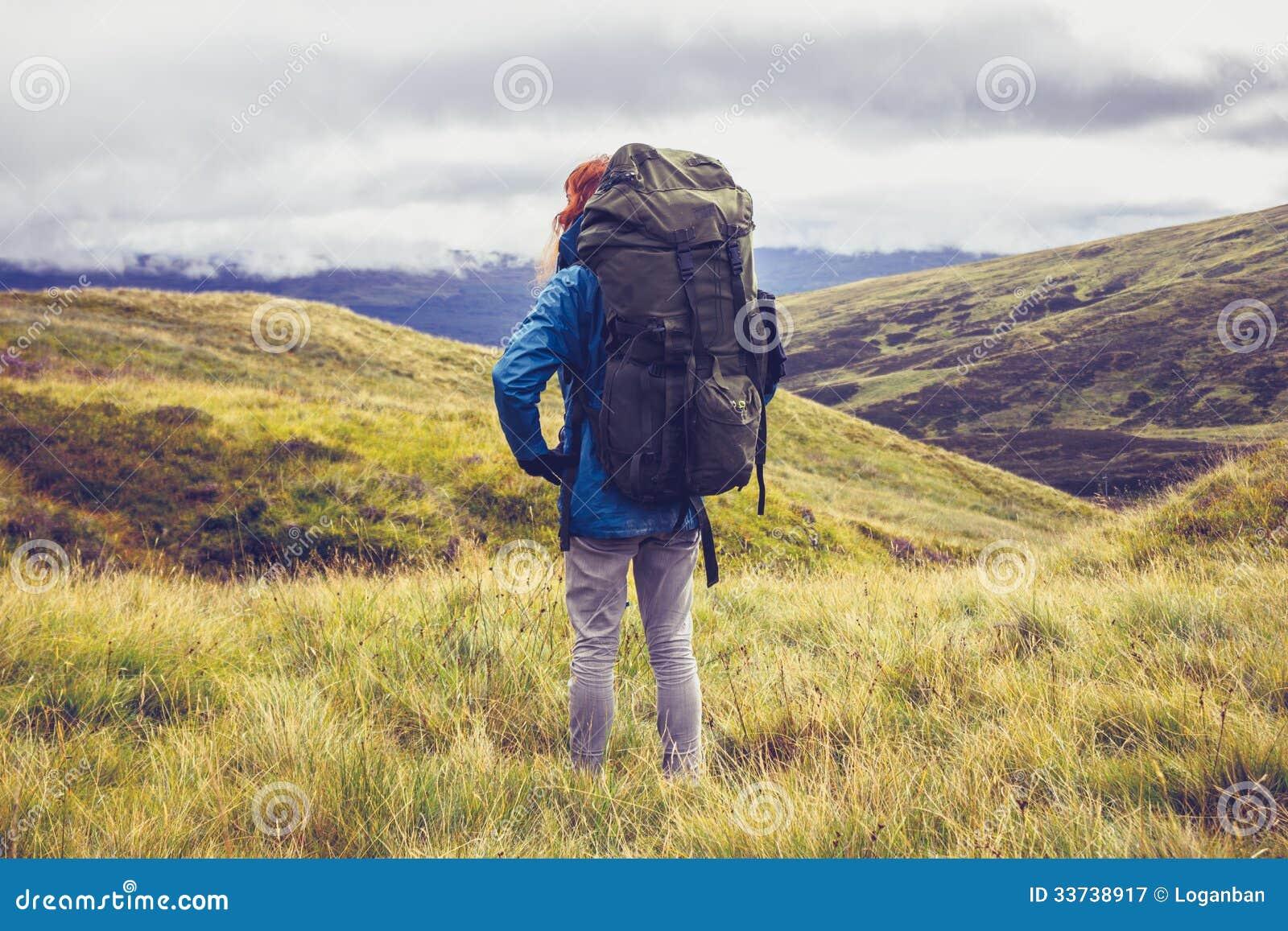 Ходок холма стоя в середине глуши горы