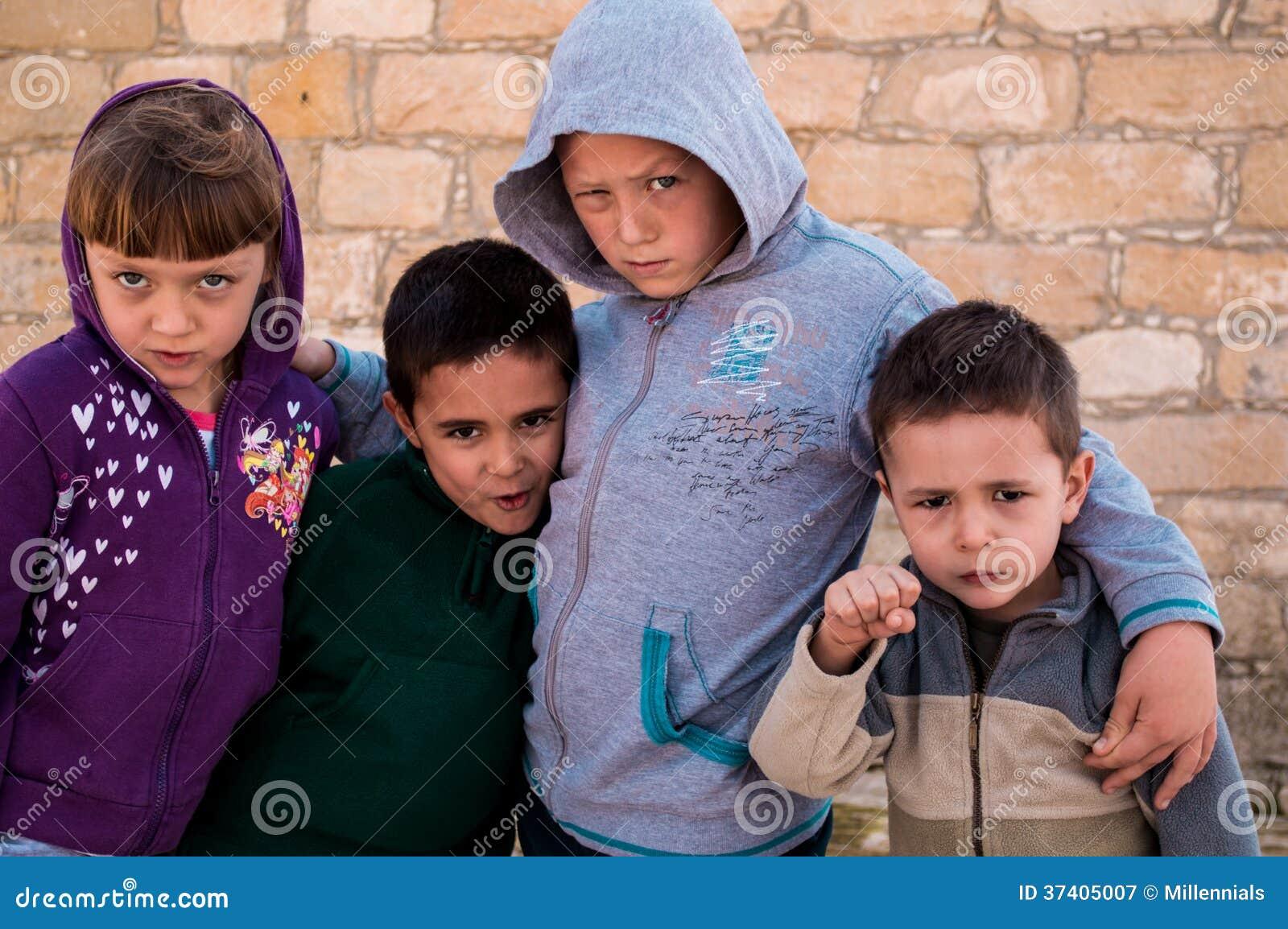 Холодные дети с подозрительным взглядом