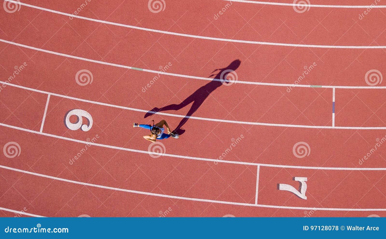 Ход фитнеса брюнет модельный на следе