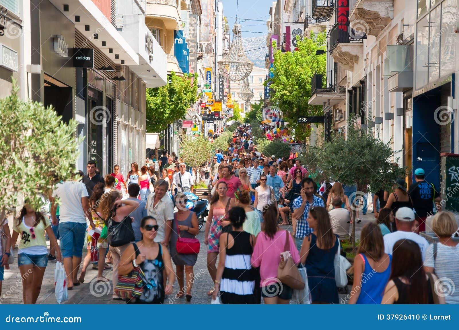 Ходящ по магазинам на улице Ermou 3-его августа 2013 в Афинах, Греция.
