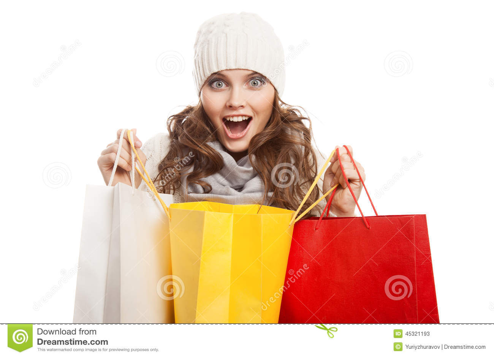 Ходя по магазинам счастливая женщина держа сумки Продажи зимы