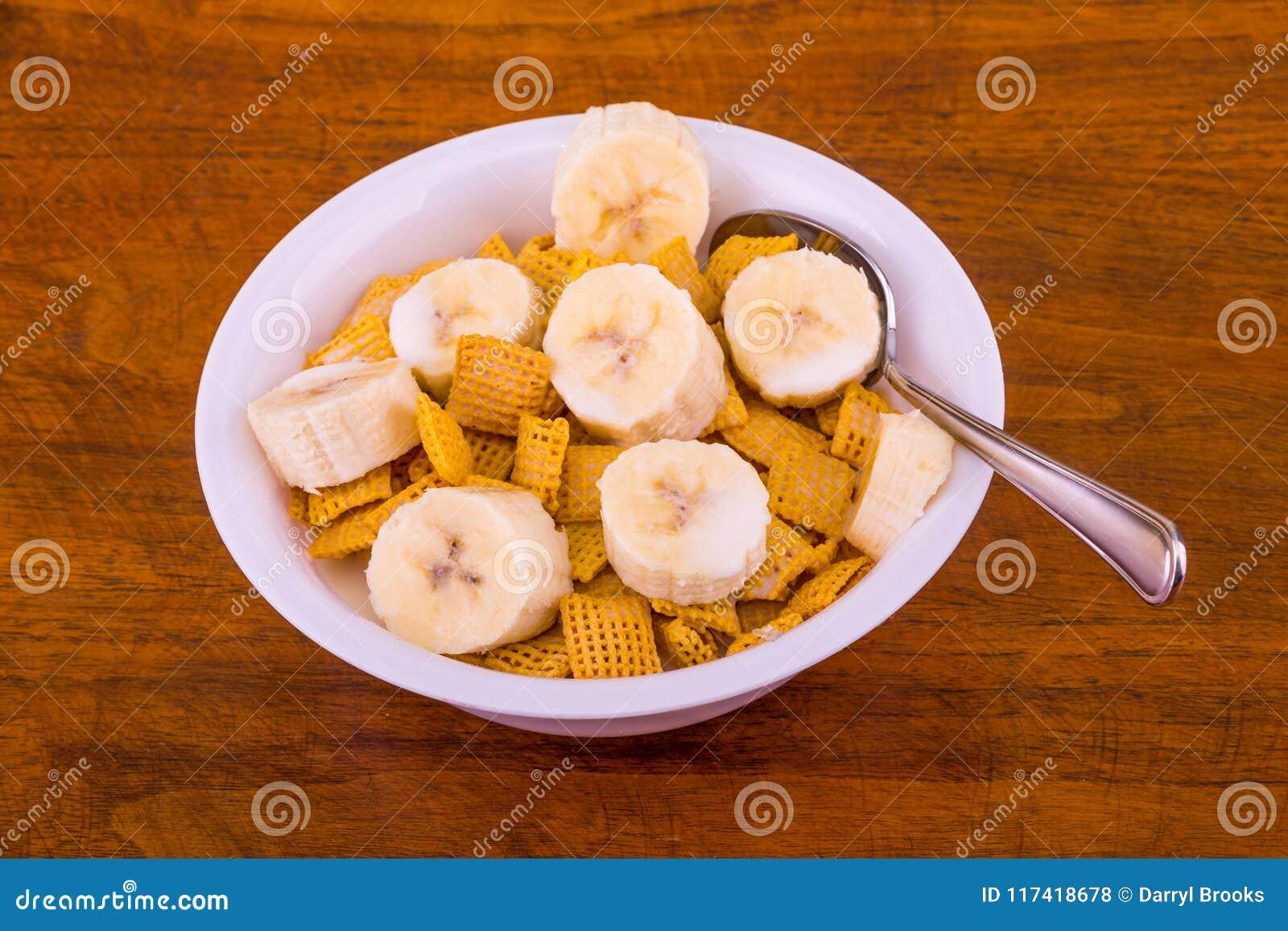 Хрустящие хлопья мозоли с бананами и молоком
