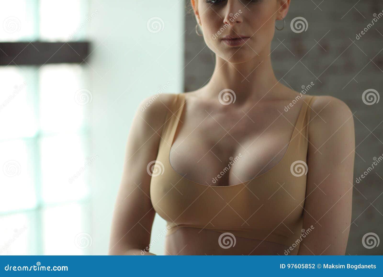 Худенькие девушки с большой грудью, мужик дрочит свою пушинку