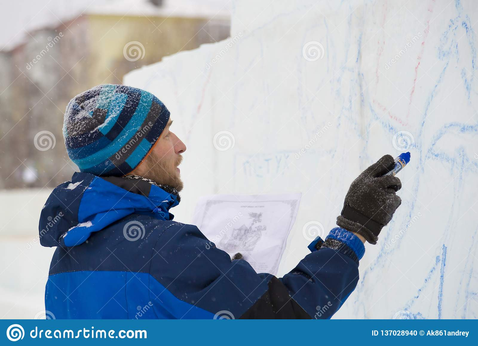 Художник рисует на блоке льда