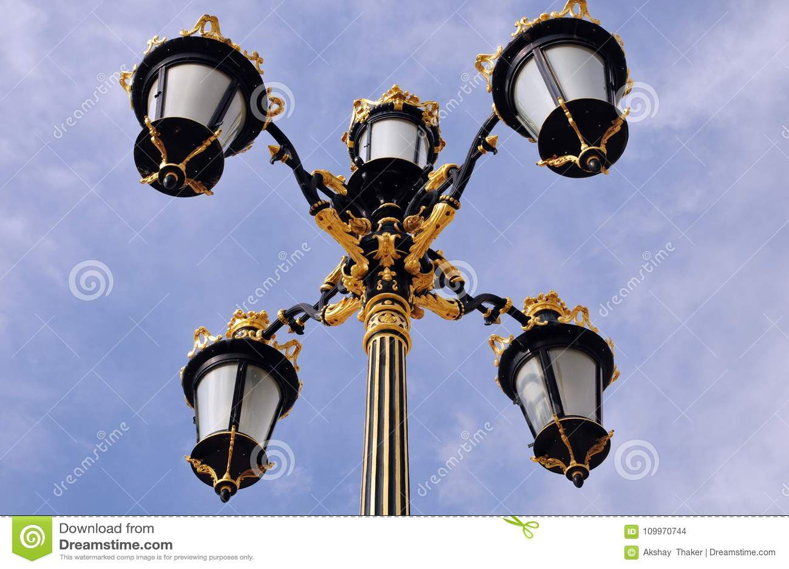 Художнический конспект столба лампы расположенный на королевском дворце Мадрида
