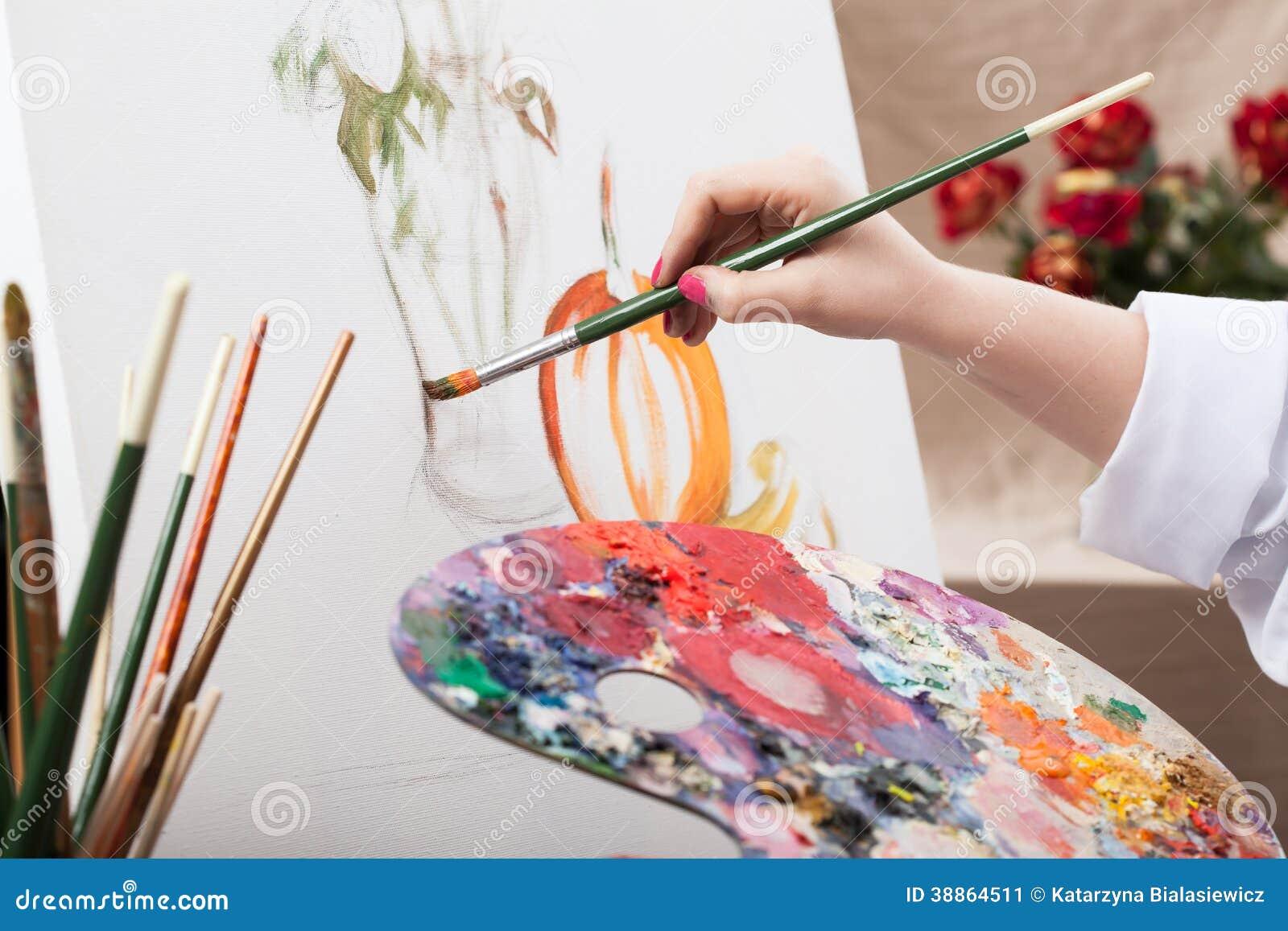Художник крася изображение