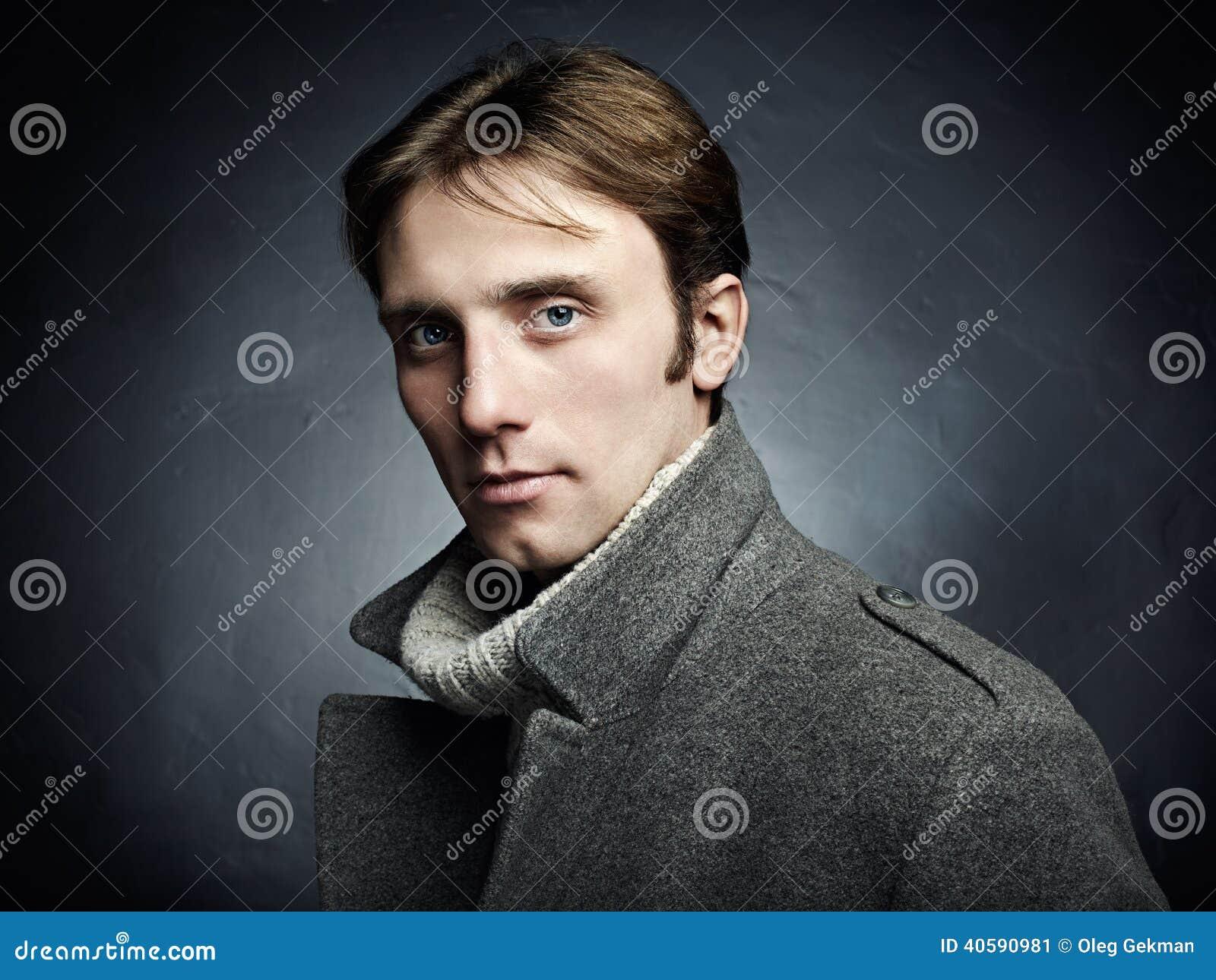Download Художнический темный портрет молодого красивого человека в сером пальто Стоковое Изображение - изображение насчитывающей людск, бобра: 40590981