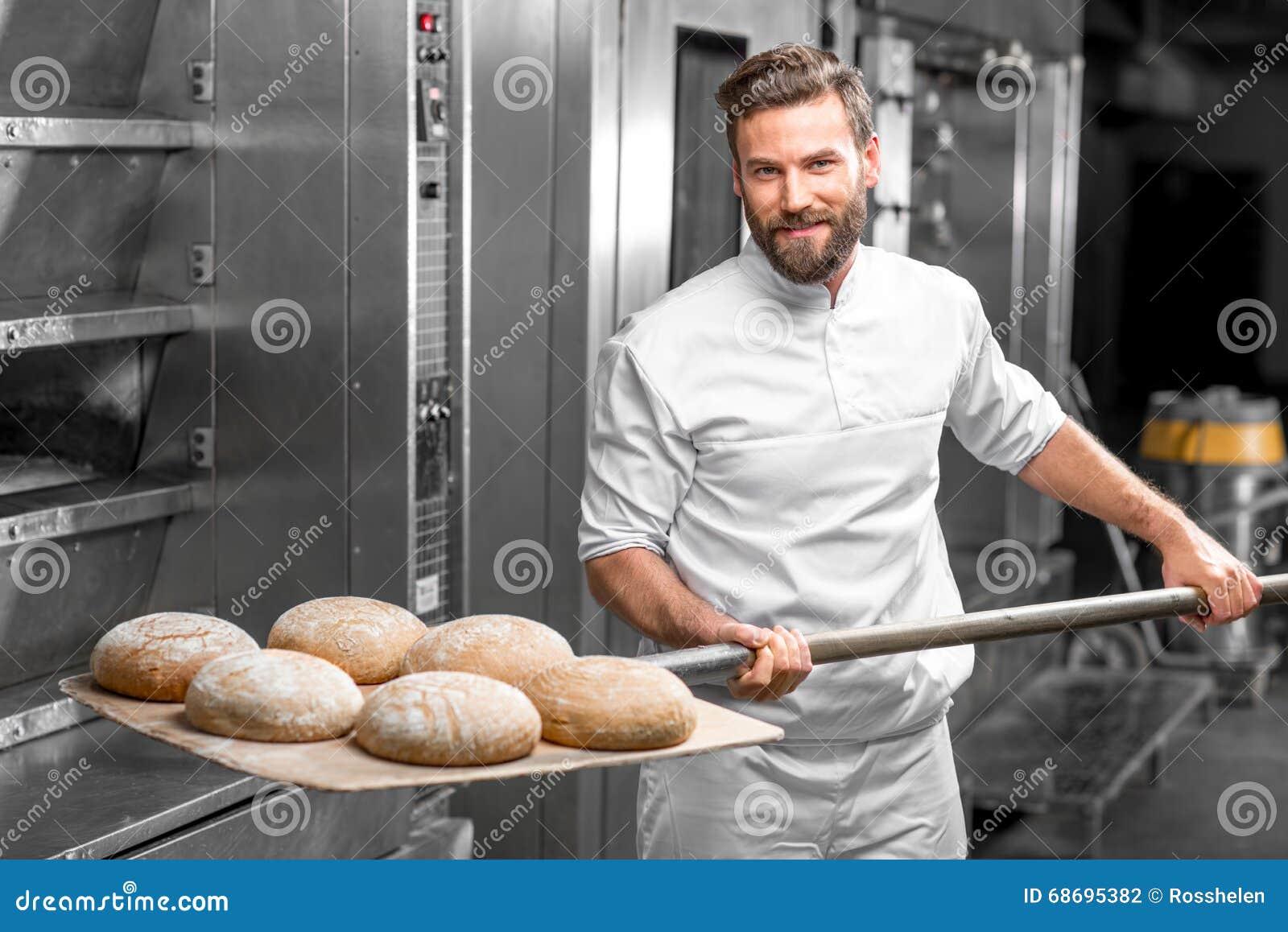 Хлебопек принимая вне от печи испек хлеб buckweat