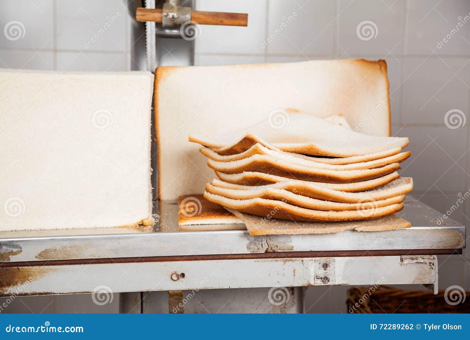 Download Хлебцы хлеба с излишними кусками на таблице автомата для резки Стоковое Фото - изображение насчитывающей балансера, еда: 72289262