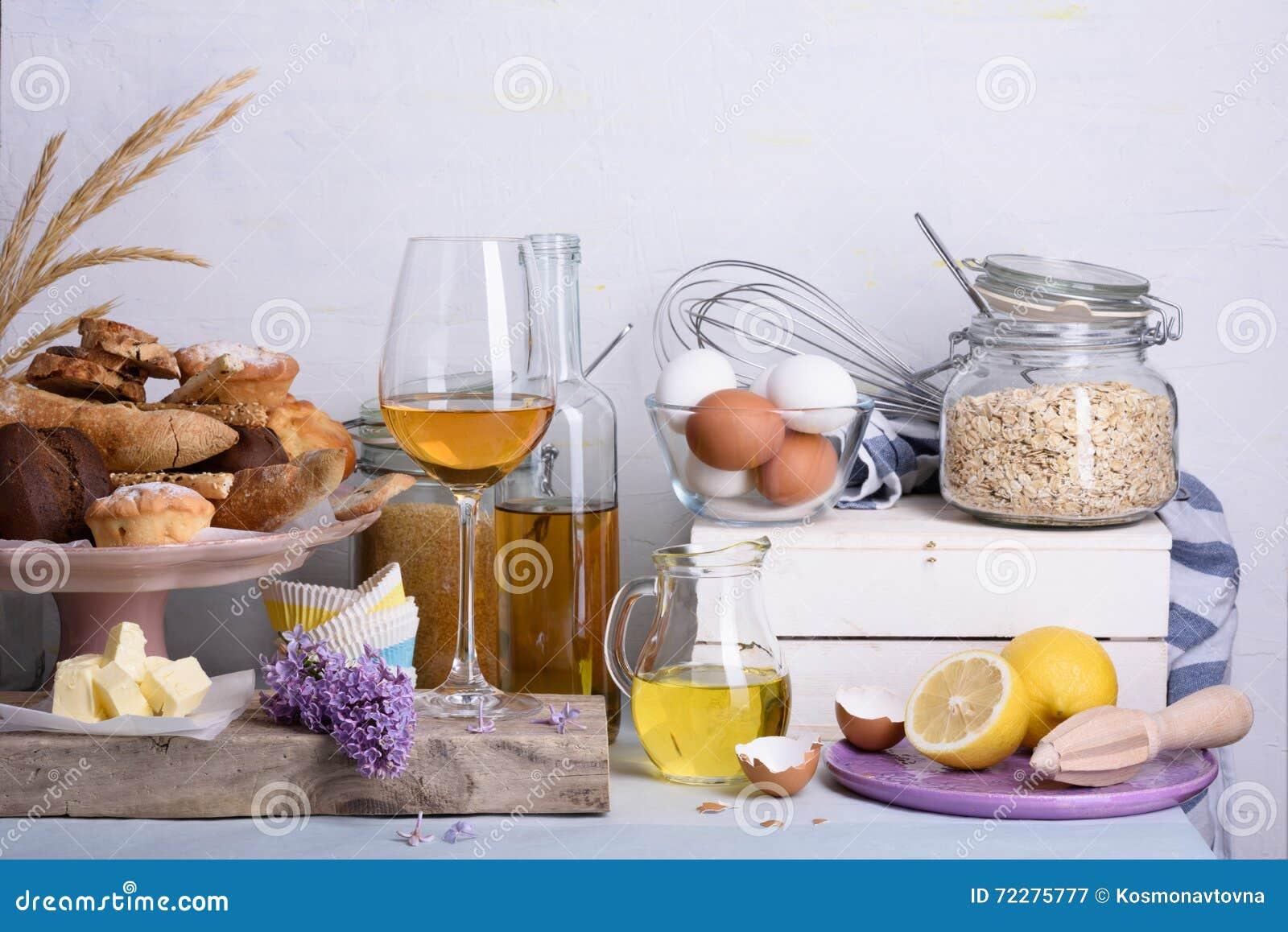 Download Хлеб и десерты с ингридиентами хлебопекарни и стеклянным вином на счетчике отечественной кухни Стоковое Изображение - изображение насчитывающей варить, лимон: 72275777