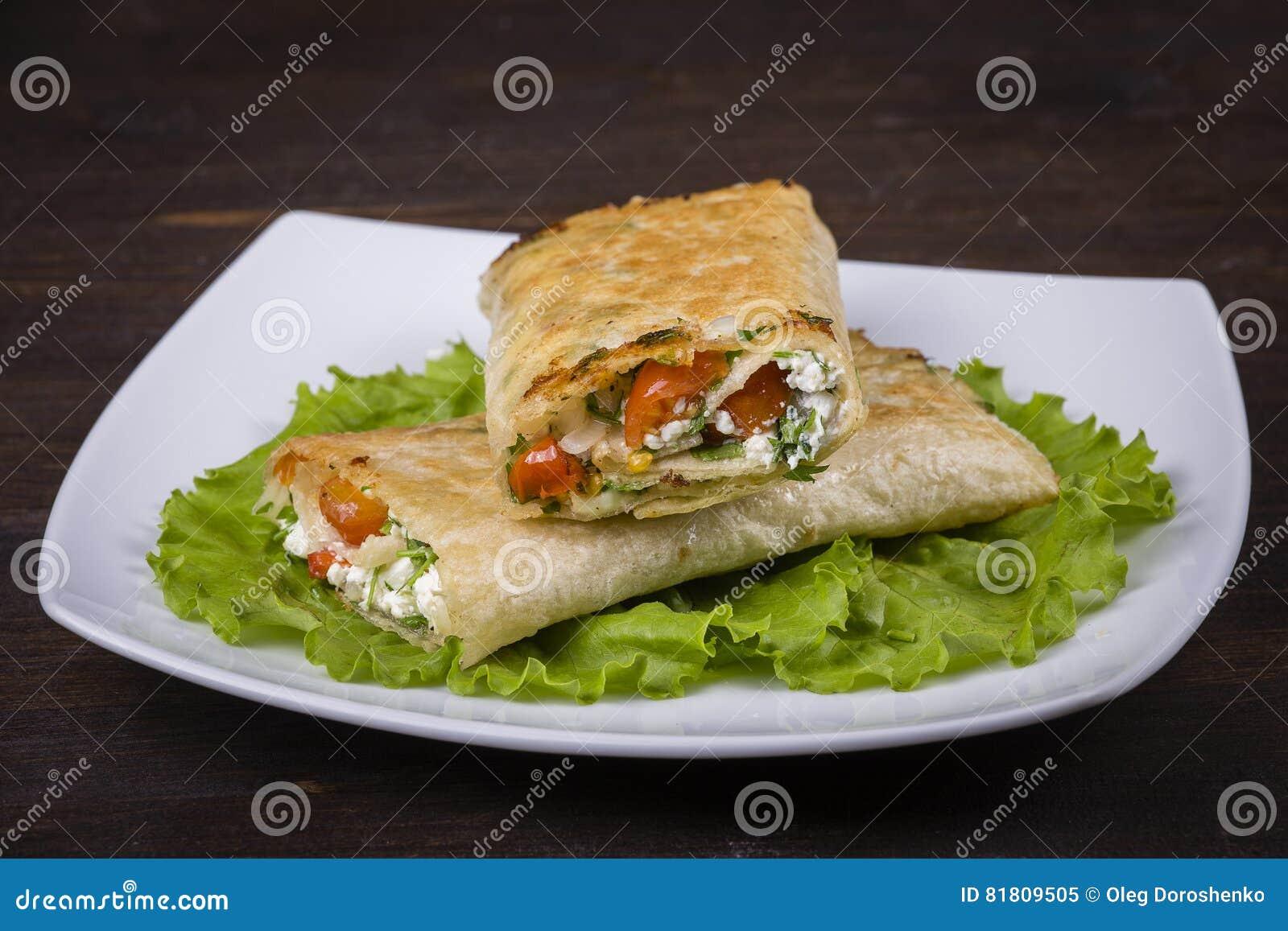 Хлеб пита обернутый с творогом и овощами