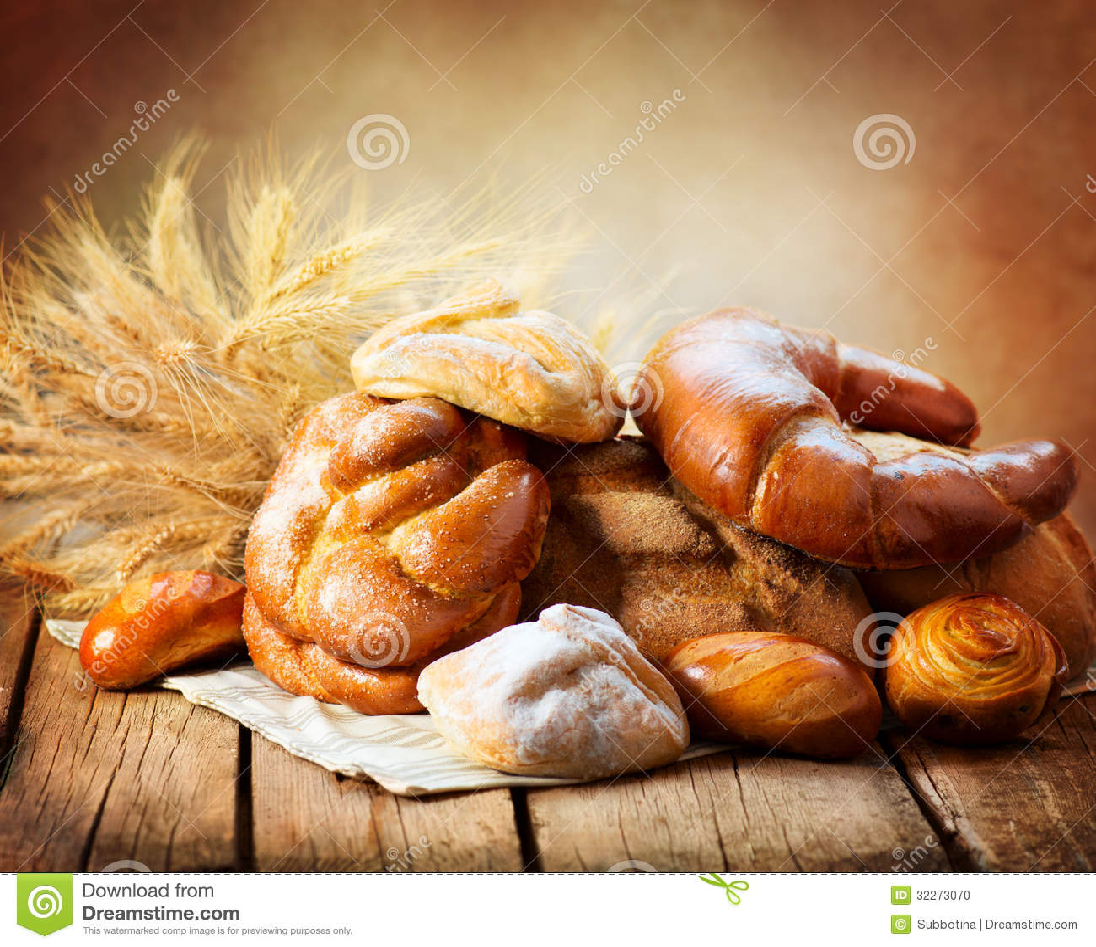 Хлеб хлебопекарни на деревянной таблице