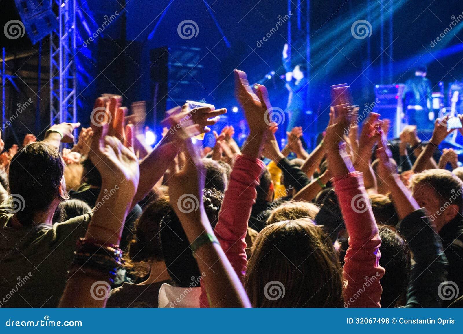 Хлопать на концерте