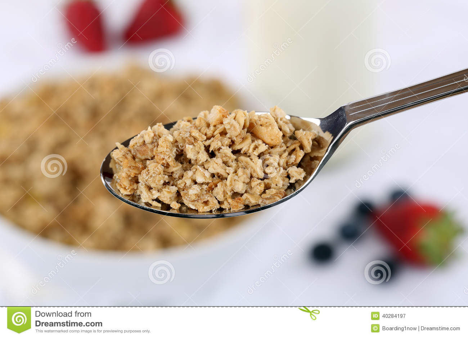 Хлопья на ложке для завтрака